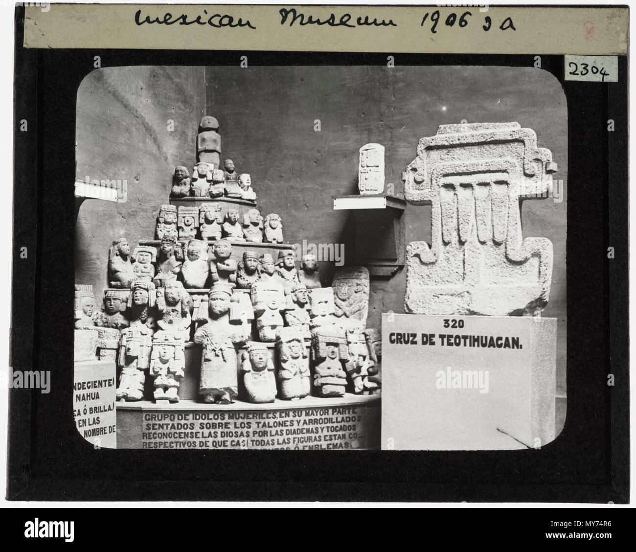 . Figurines in the Mexico Museum. Small figurines and stylised carvings. YORYM: TA2301 to YORYM: TA2308 show pre-Conquest material in the Mexico Museum. 1906 572 YORYM TA2304-1 - Stock Image