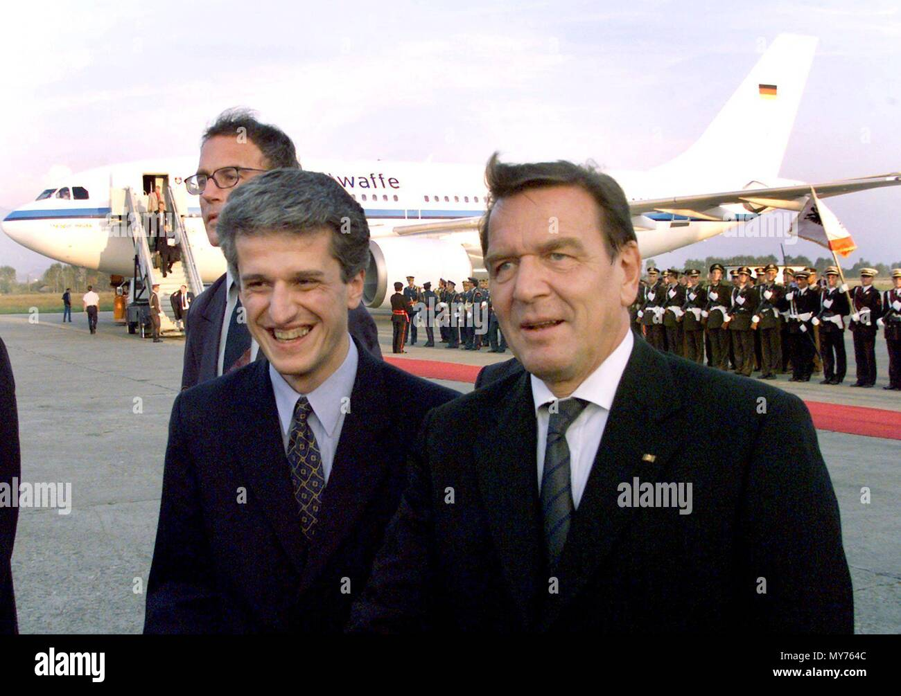 Albanian Prime Minister Pandeli Majko (L) greets German Chancellor Gerhard Schroeder at the airport in Tirana, Albania, on 22 September 1999.    usage worldwide - Stock Image