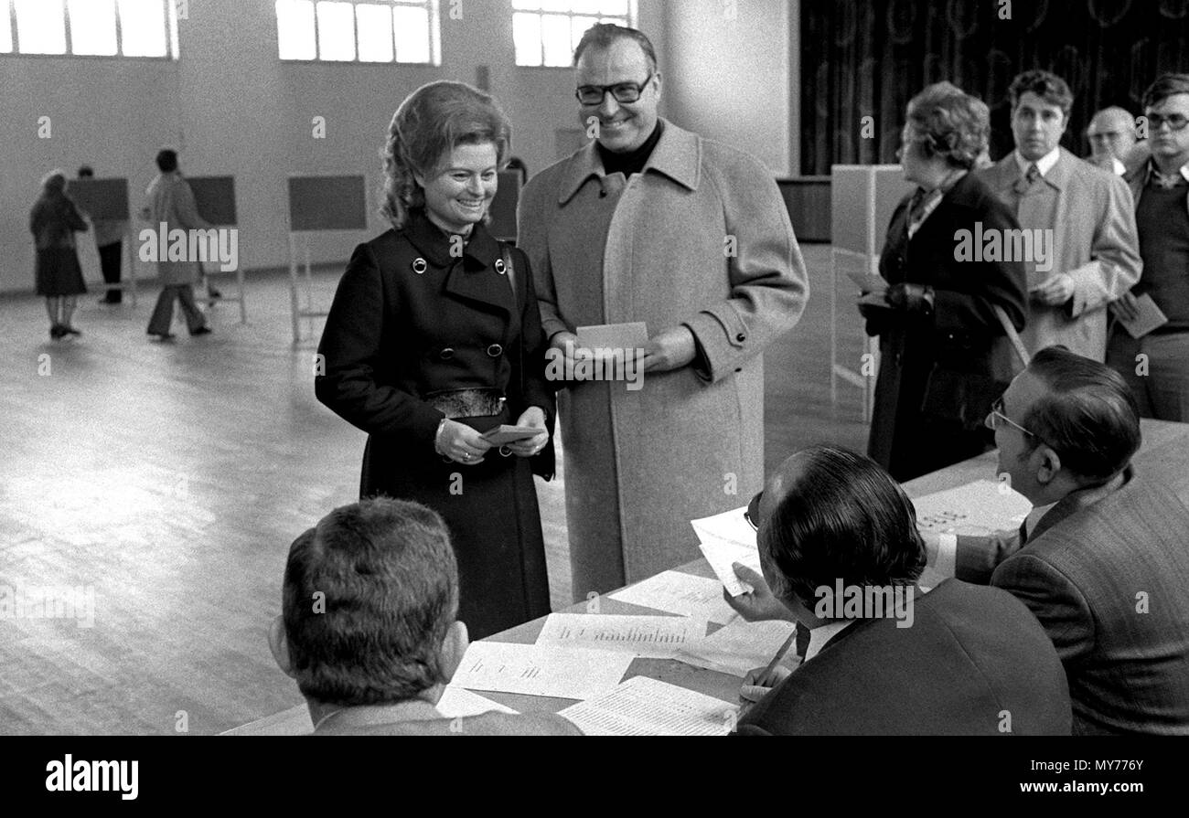 Premier of Rhineland-Palatinage and CDU party leader Helmut Kohl (C) and his wife Hannelore (L) cast their votes in the local elections at the Festhalle in Ludwigshafen-Oggersheim, Germany, on 17 March 1974. | usage worldwide Stock Photo