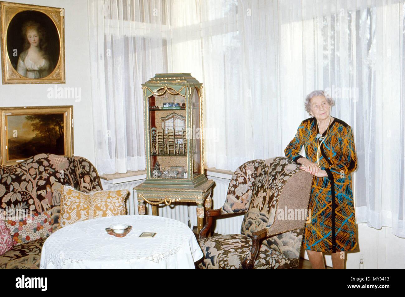 Prinzessin Viktoria Luise von Preußen, Herzogin zu Braunschweig-Lüneburg, in ihrem Wohnzimmer im Haus in Braunschweig, Deutschland 1974. Princess Victoria Louise of Prussia, Duchess of Brunswick Lueneburg, in the living room at her house in Brunswick, Germany 1974. - Stock Image