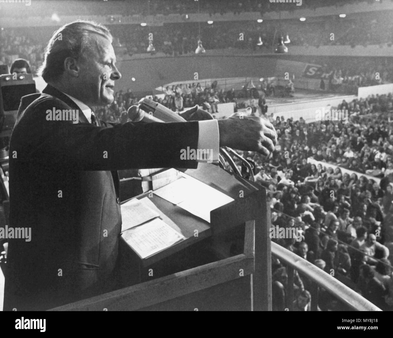 German Chancellor Willy Brandt (SPD) gives an election campaign speech in front of more than ten thousand people at the Festhalle in Frankfurt am Main, Germany, on 13 November 1972. | usage worldwide Stock Photo