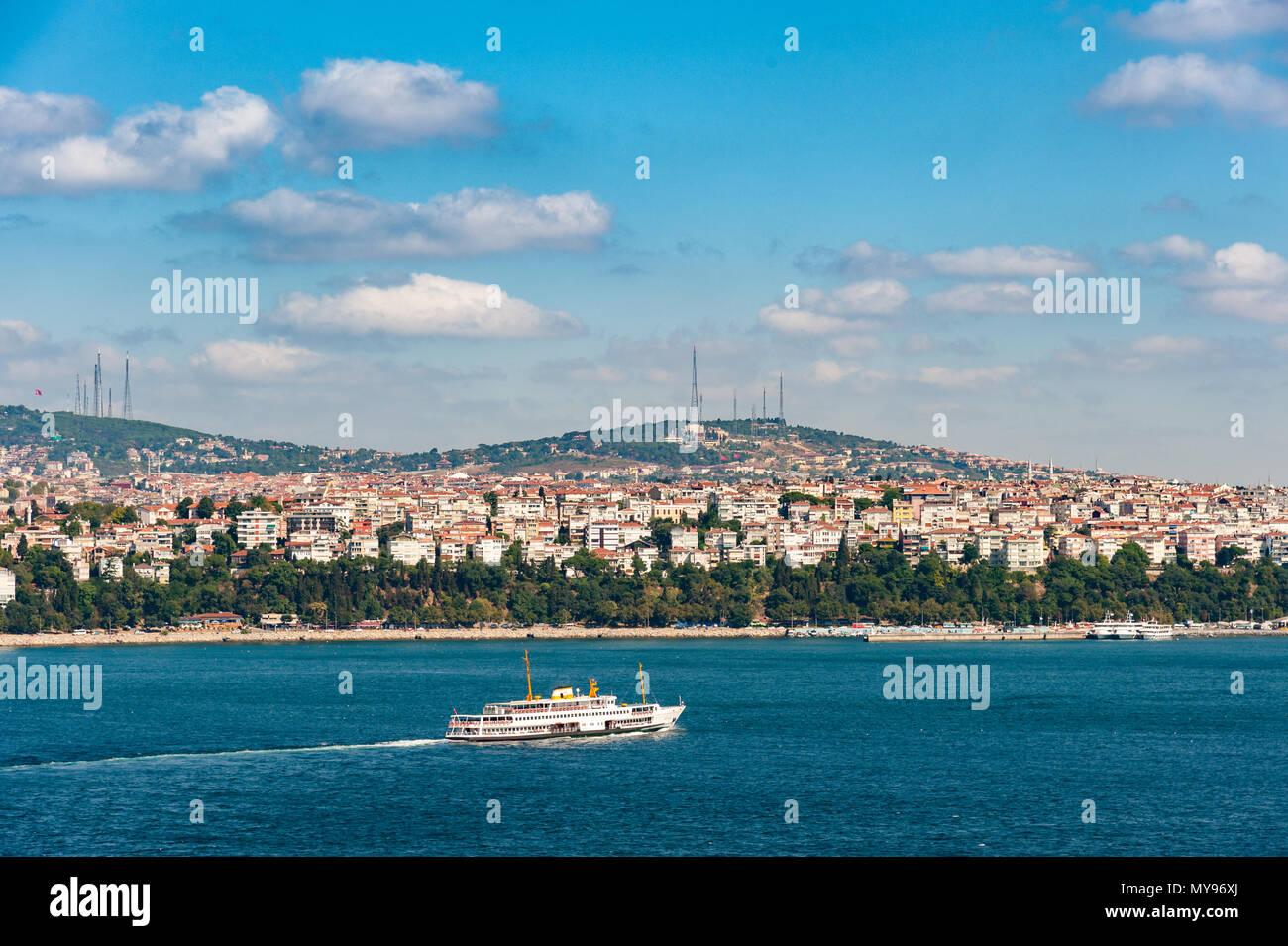 Ferry crossing the Bosphorus, Istanbul, Turkey - Stock Image
