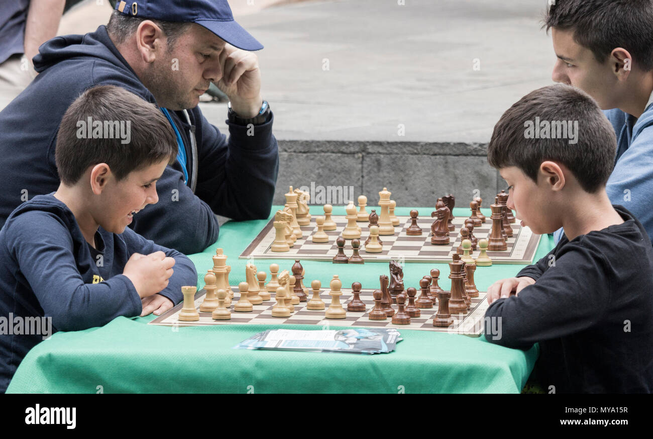 Children playing chess outdoors in Spain - Stock Image