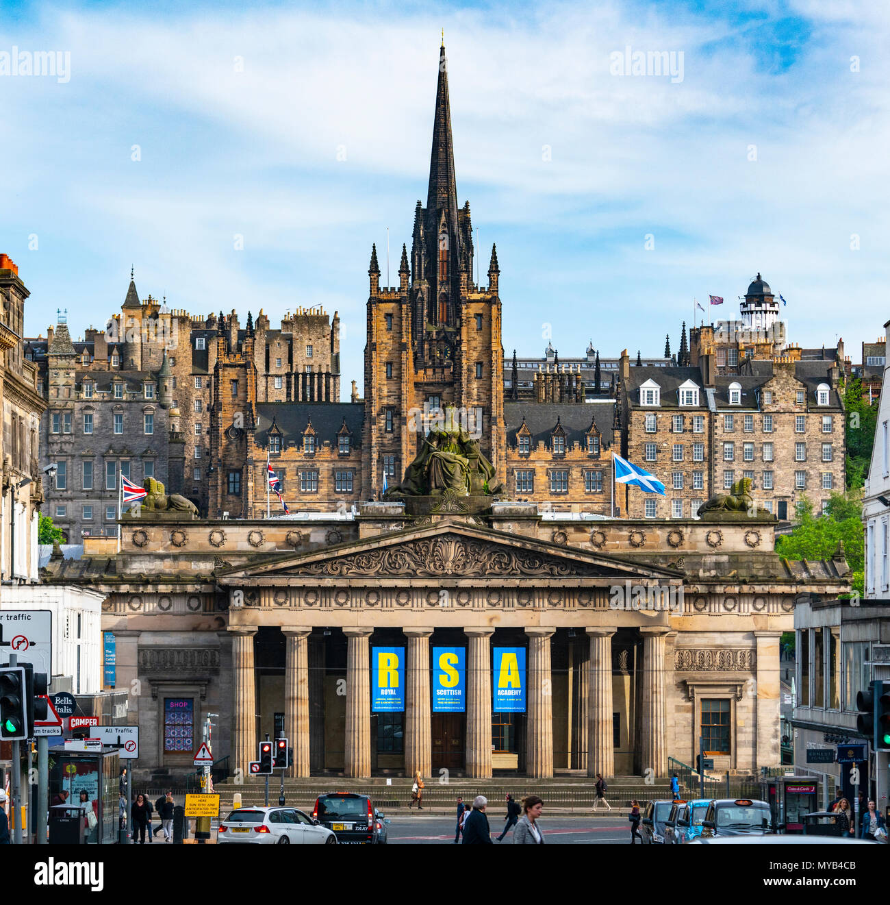 View of busy streets with Royal Scottish Academy and Old Town to rear in Edinburgh, Scotland, UK - Stock Image