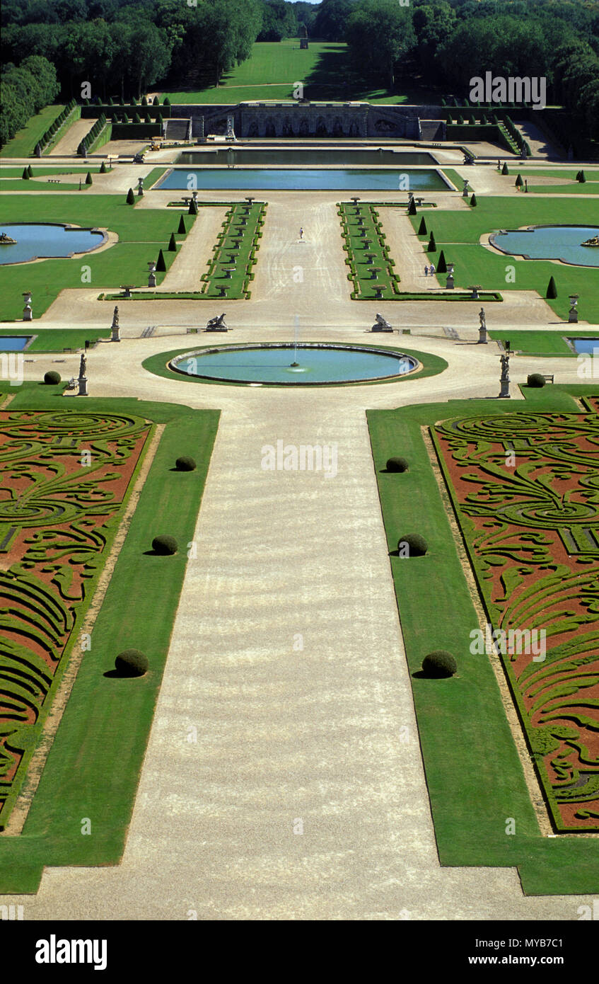 Ch‰teau de Vaux le Vicomte: gardens, central allee of the formal gardens, on axis, with box parterres and basin, by Andre Le Notre, France Stock Photo