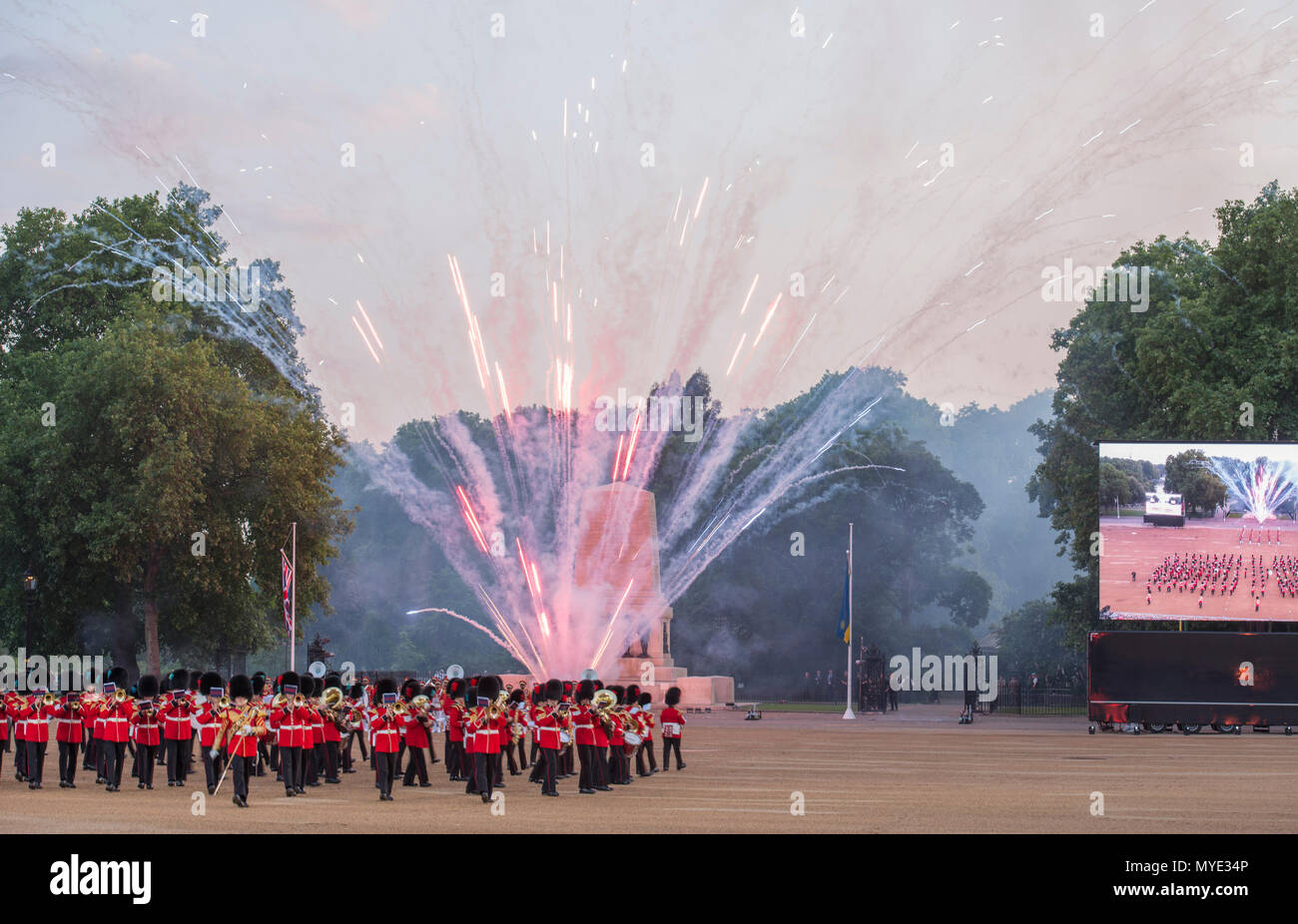 Horse Guards, London, UK. 6 June, 2018. Bands from the United States Army and the Band & Pipes of the United Arab Emirates join the Massed Bands of the Household Division on Horse Guards Parade in the annual celebration that is the Household Division's Beating Retreat. Credit: Malcolm Park editorial/Alamy Live News - Stock Image