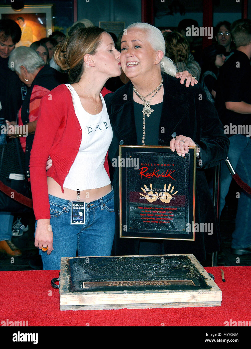 Grace Slick received a kiss from her daughter China Kanter after been inducted on the Rock Walk of Fame at the Guitar Center in Los Angeles. October 22, 2002.            -            GraceSlick_KanterChina11.jpgGraceSlick_KanterChina11  Event in Hollywood Life - California, Red Carpet Event, USA, Film Industry, Celebrities, Photography, Bestof, Arts Culture and Entertainment, Topix Celebrities fashion, Best of, Hollywood Life, Event in Hollywood Life - California, movie celebrities, TV celebrities, Music celebrities, Topix, Bestof, Arts Culture and Entertainment, Photography,    inquiry tsuni@ - Stock Image