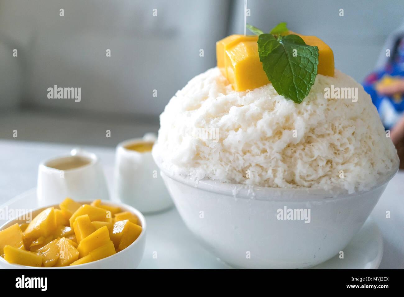 Bingsu Mango Korean Desserts Shaved Ice Desserts With Mango On Top
