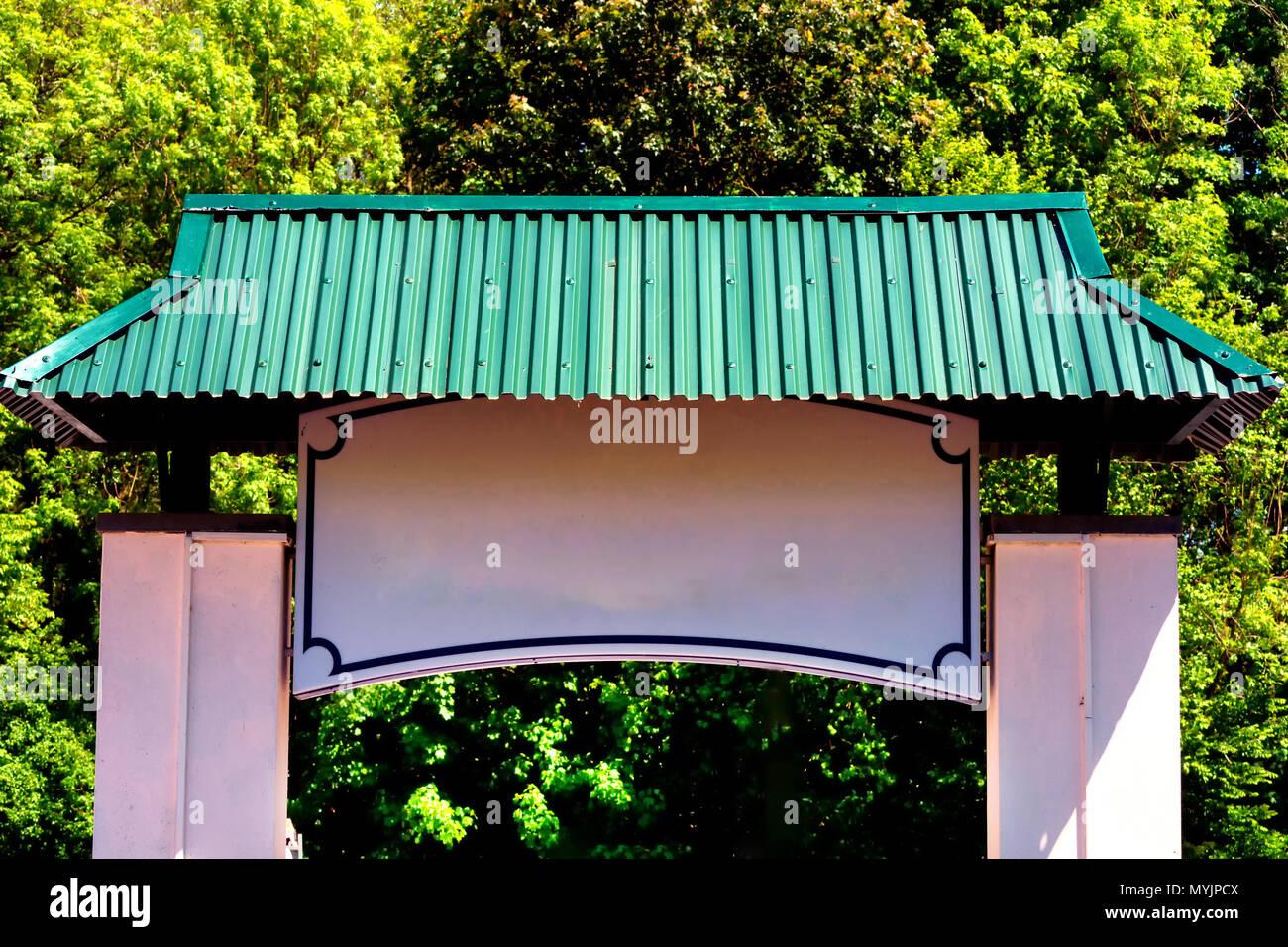 Eingangstor im Pagodenstil zu einem schönen chinesischen Garten - Stock Image