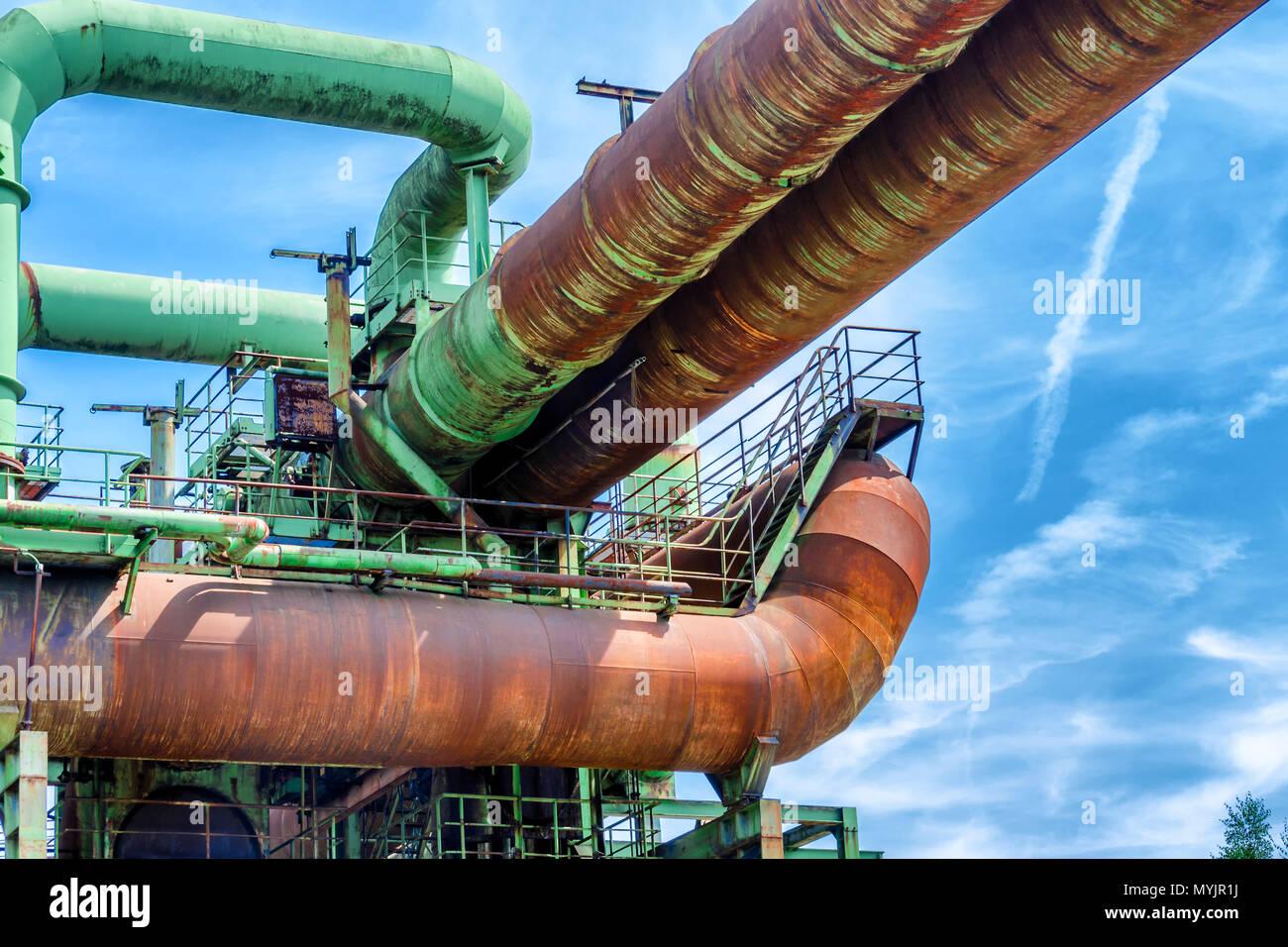 Gesamtansicht einer Industrieanlage Raffinerie, bestehend aus Rohrleitungen und Türme der Schwerindustrie. - Stock Image