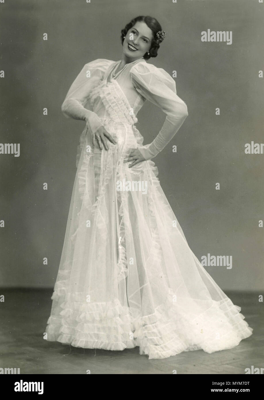 Woman showing a white dress, Italy 1914 - Stock Image