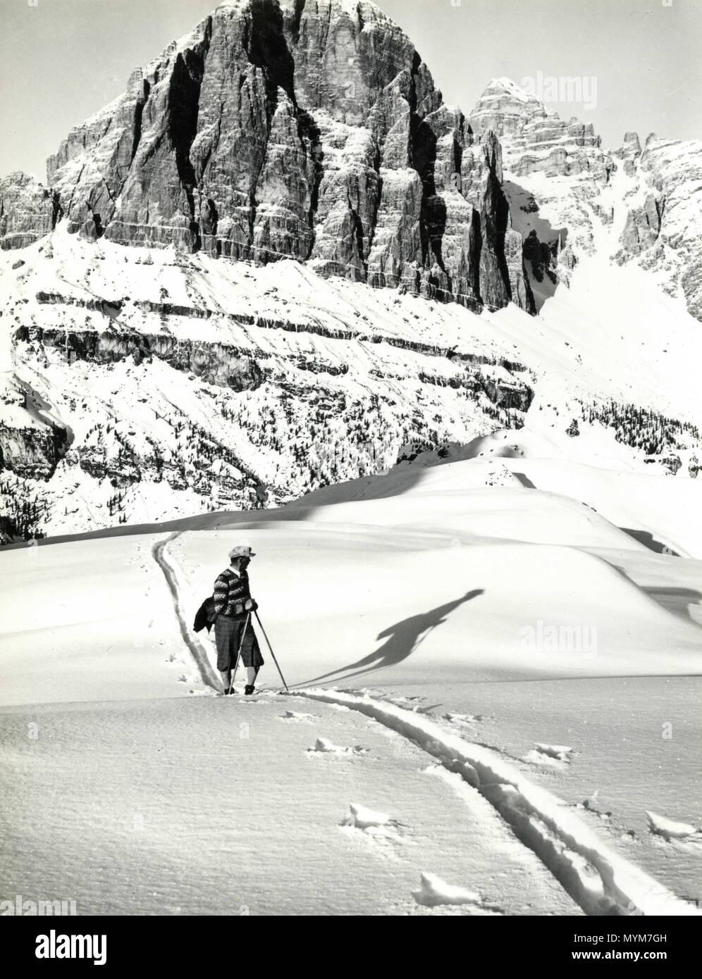 Walking on the snow, Dolomites, Italy 1930s - Stock Image