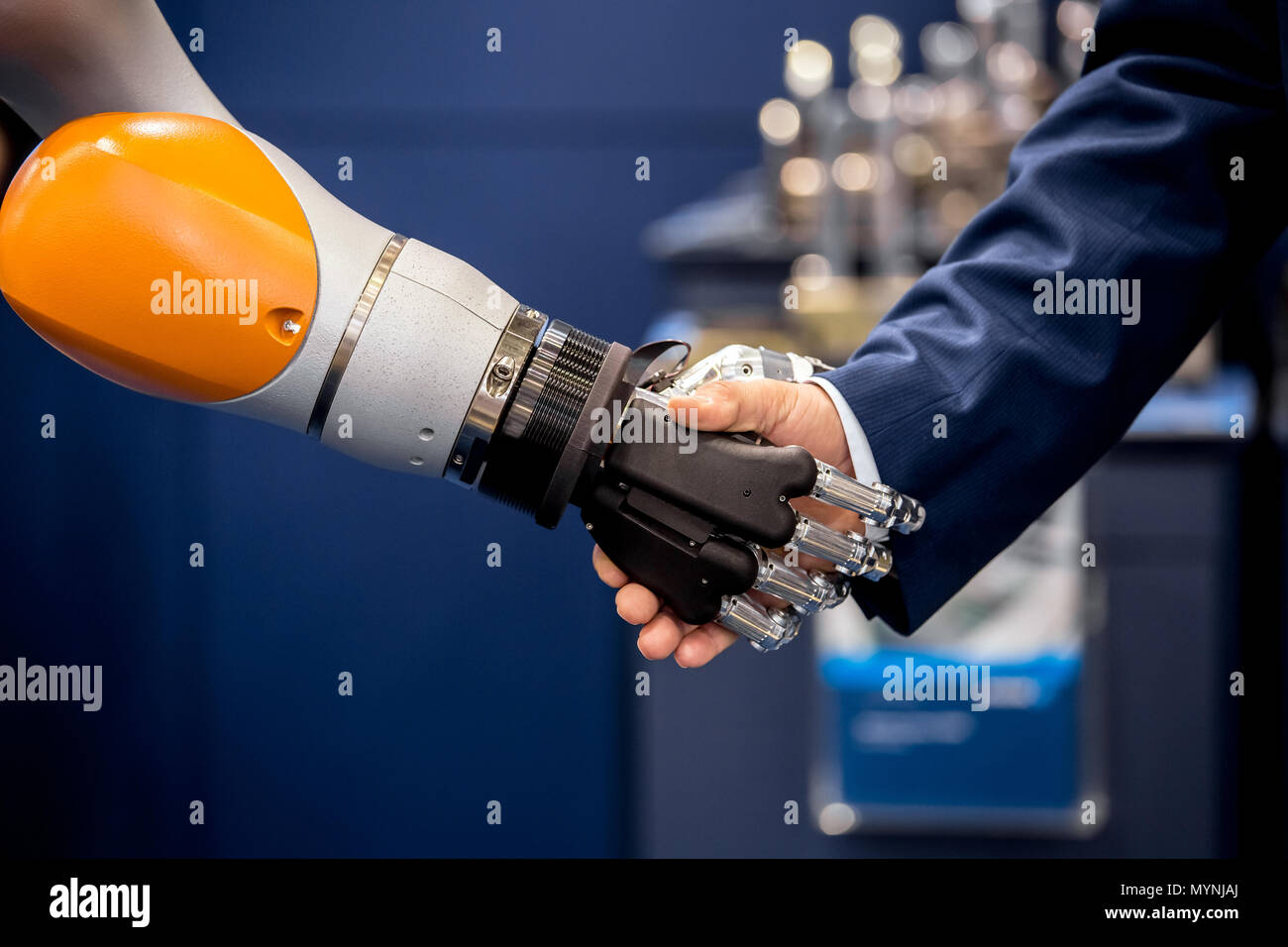 Robot hand shaking Stock Photo: 189174794 - Alamy