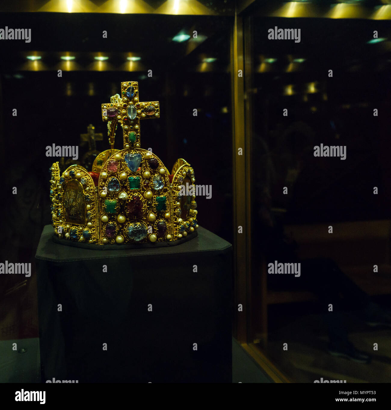 Wohndesign Hofburg 2017: Gold Regalia Golden Crown Stock Photos & Gold Regalia