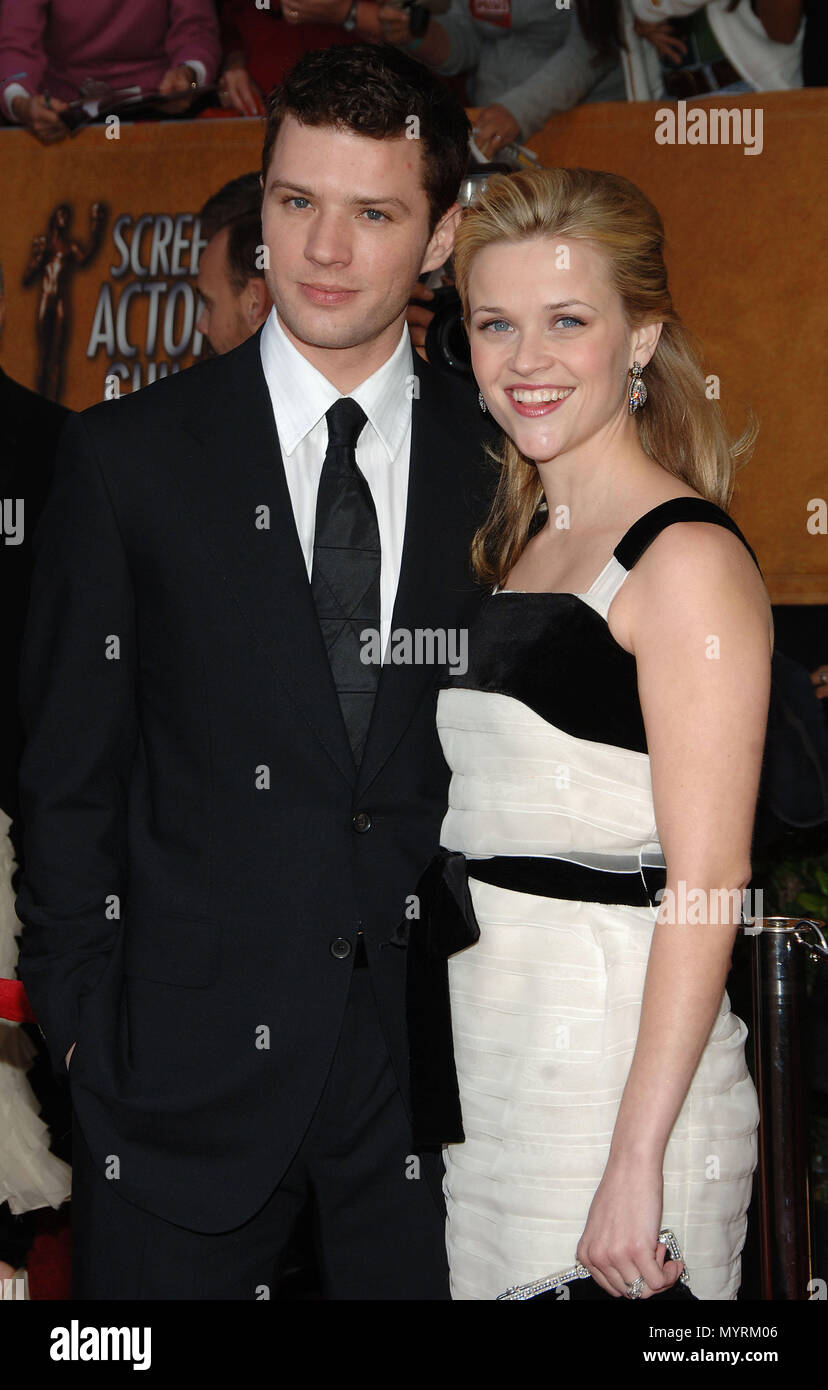 Ryan Philipe and wife Reese Whiterspoon arriving at the 12th Annual Screen Actors Guild Awards¨ at the Shrine Auditorium In Los Angeles, Sunday January 29, 200612_WhiterspoonR_PhillipeR  Event in Hollywood Life - California, Red Carpet Event, USA, Film Industry, Celebrities, Photography, Bestof, Arts Culture and Entertainment, Celebrities fashion, Best of, Hollywood Life, Event in Hollywood Life - California, Red Carpet and backstage, Music celebrities, Topix, Couple, family ( husband and wife ) and kids- Children, brothers and sisters inquiry tsuni@Gamma-USA.com, Credit Tsuni / USA, 2006 to 2 - Stock Image