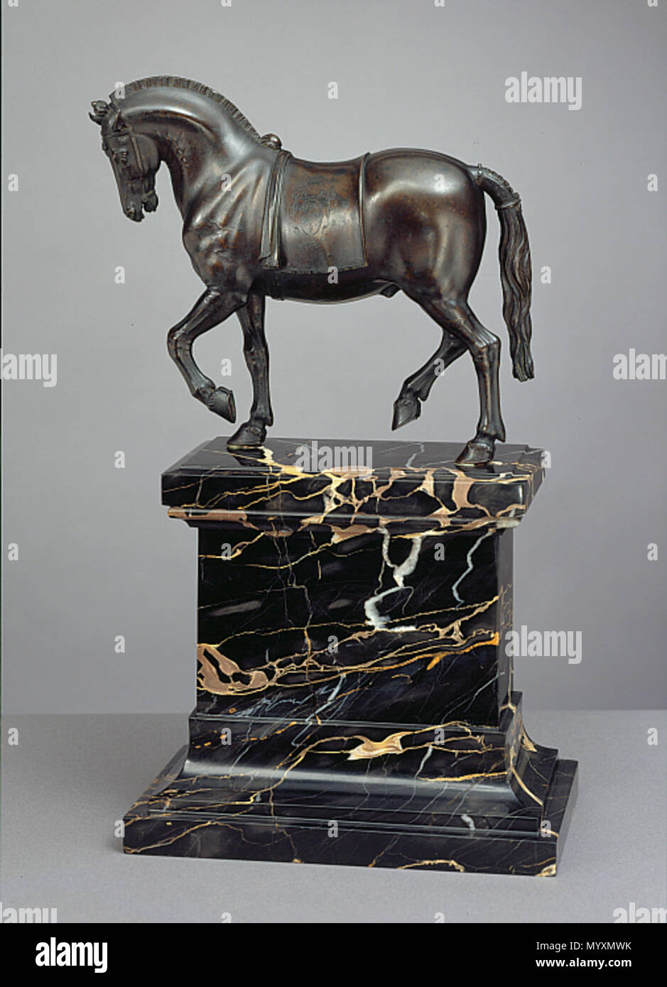 . Français : Jean de Bologne, Cheval au pas portant les armoiries des Vinta, 1610, bronze, 27.5 x 8.9 x 25.1 cm Clark Art Institute  . 1610. Giovanni Bologna (Giambologna) 41 Giambologna Walking Horse with Hogged Mane and Saddlecloth Bearing the Vinta Coat of Arms - Stock Image