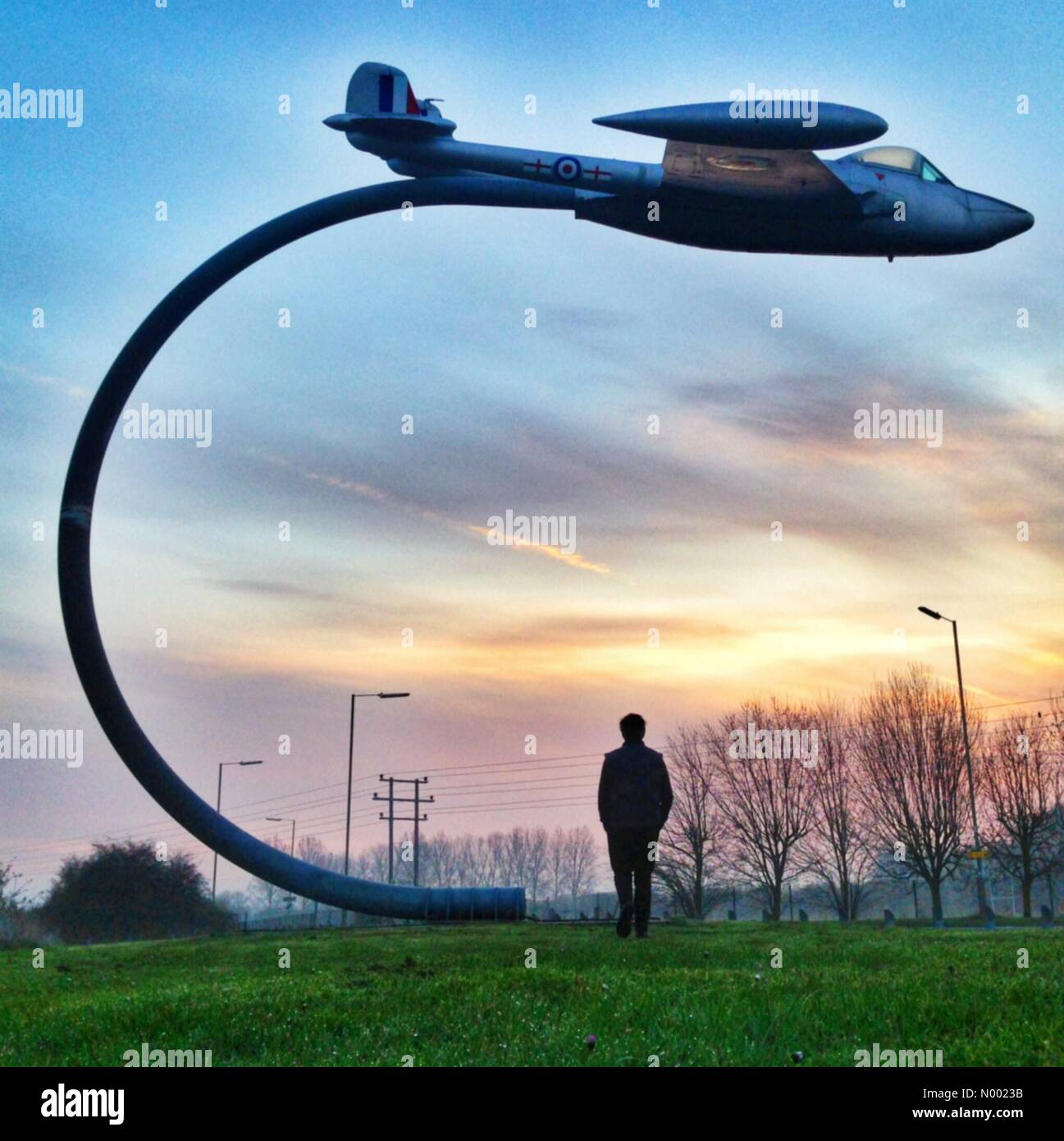 Wantage, Oxfordshire, UK. 10th Apr, 2015. UK Weather: Sunrise over De Havilland venom statue at Grove Airfield, - Stock Image