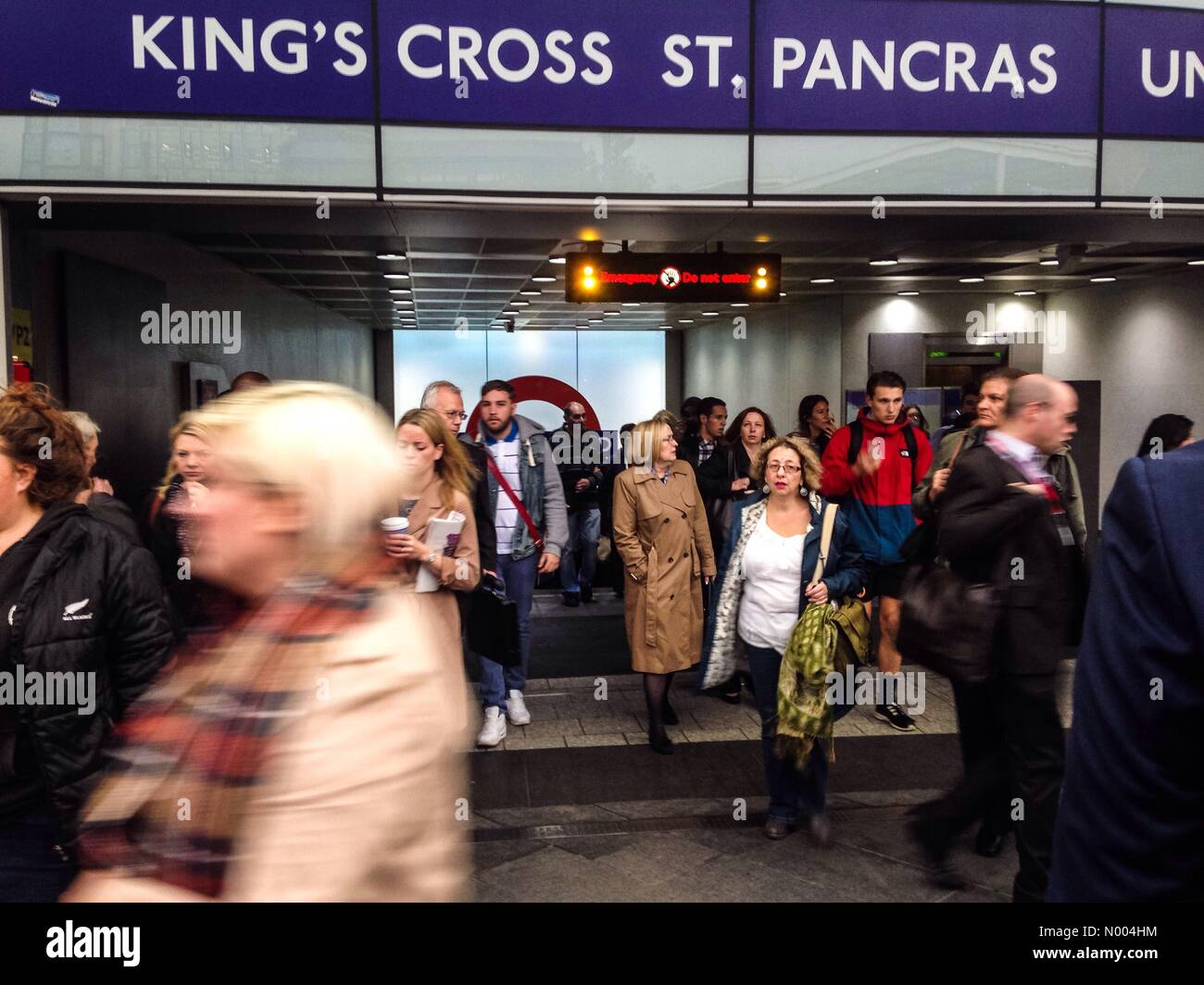 Battle Bridge Pl, London, UK. 07th Oct, 2015. Kings cross underground station is evacuated just before 9am on Wednesday - Stock Image