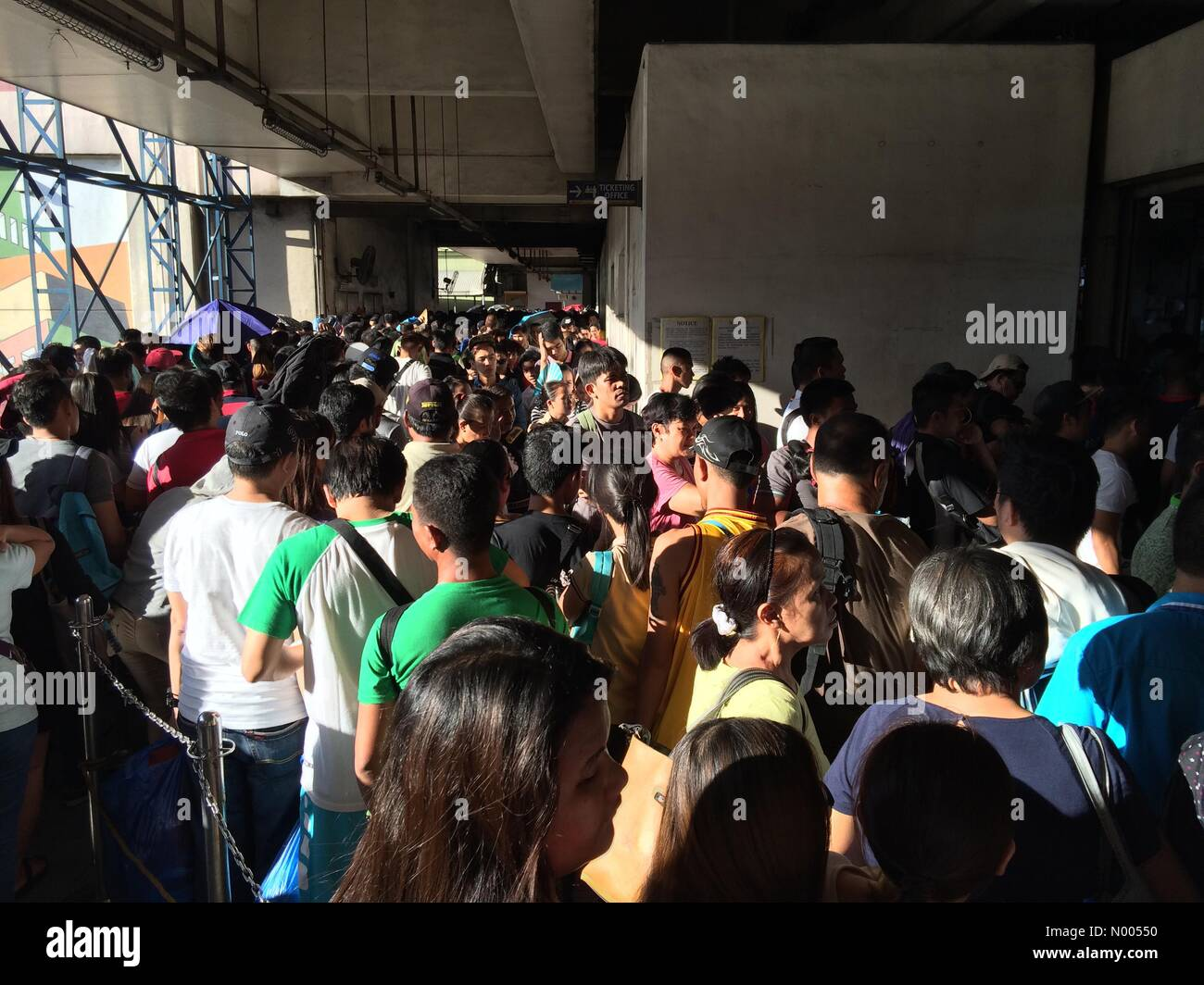 M Acosta St, Pasay, Metro Manila, Philippines. 19th Nov, 2015. Passengers queuing long lines at the MRT because - Stock Image
