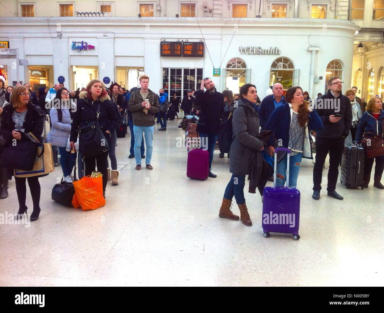 Brighton, UK. 24th December 2015. Passengers stranded at Brighton station on Christmas Eve due to un-planned train - Stock Image