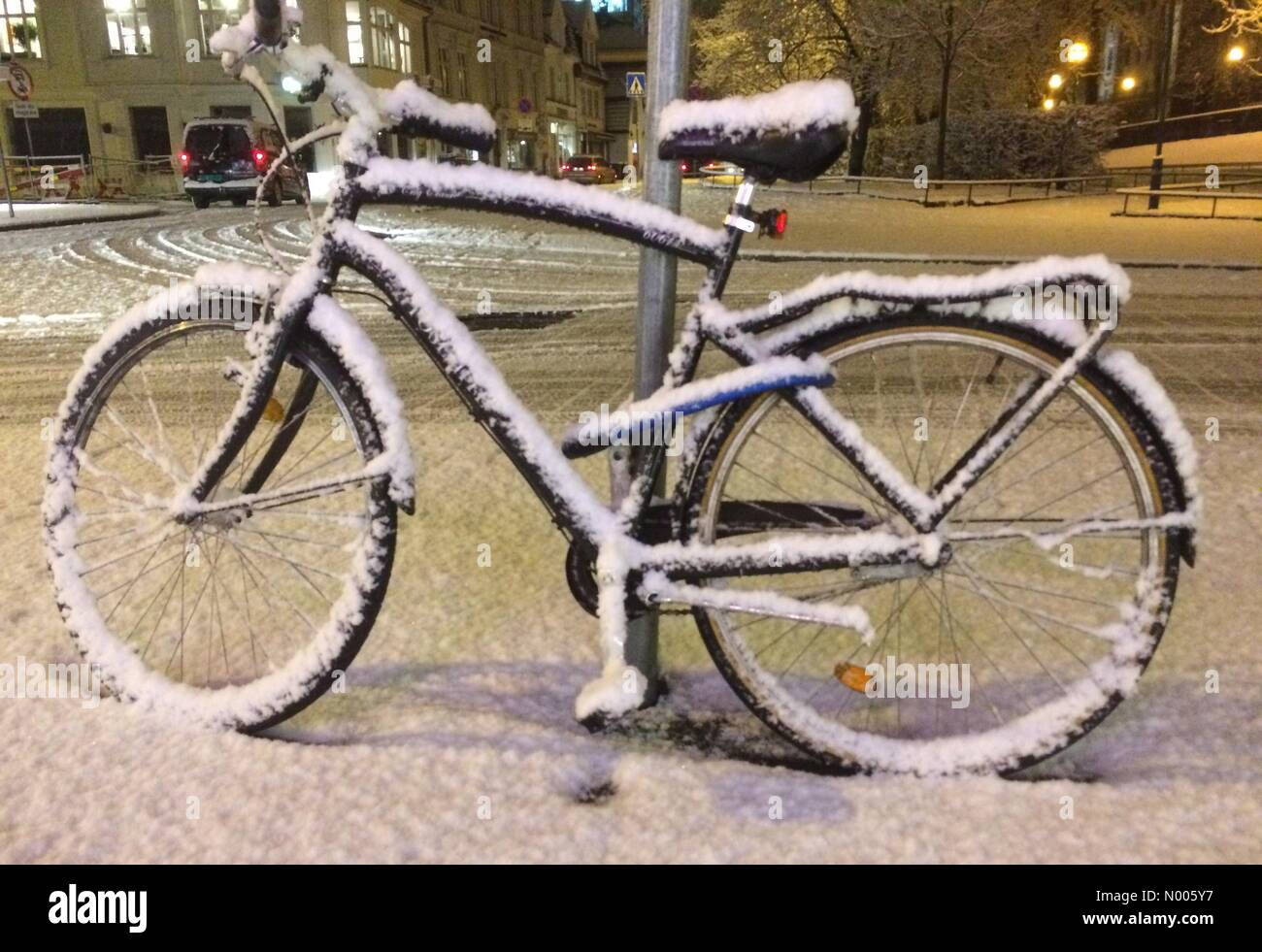 Engen 10, Bergen, Norway. 04th Feb, 2016. EUweather: A bicycle covered with a layer of fresh snow on a snow fillled - Stock Image