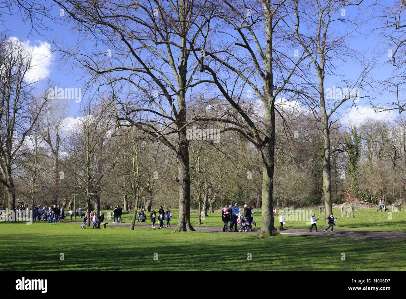 Wimbledon, London, UK. 25th March, 2016. Families out enjoying the lovely Good Friday sunshine in Morden Hall park, Stock Photo