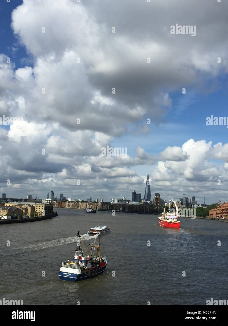 Narrow St, London, UK. 15th June, 2016. Many fishing vessels make their way upstream along The Thames, London, in Stock Photo