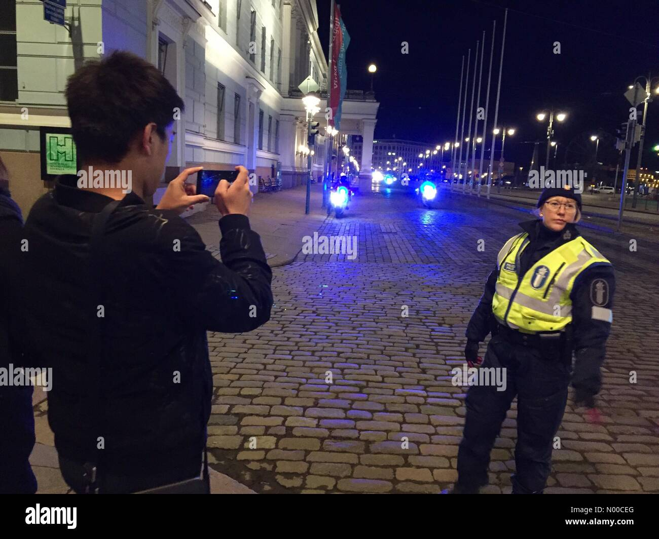 5th April 2017, Helsinki, Finland. Chinese President Xi Jinping leaves meeting with Finnish President. Passers-by - Stock Image