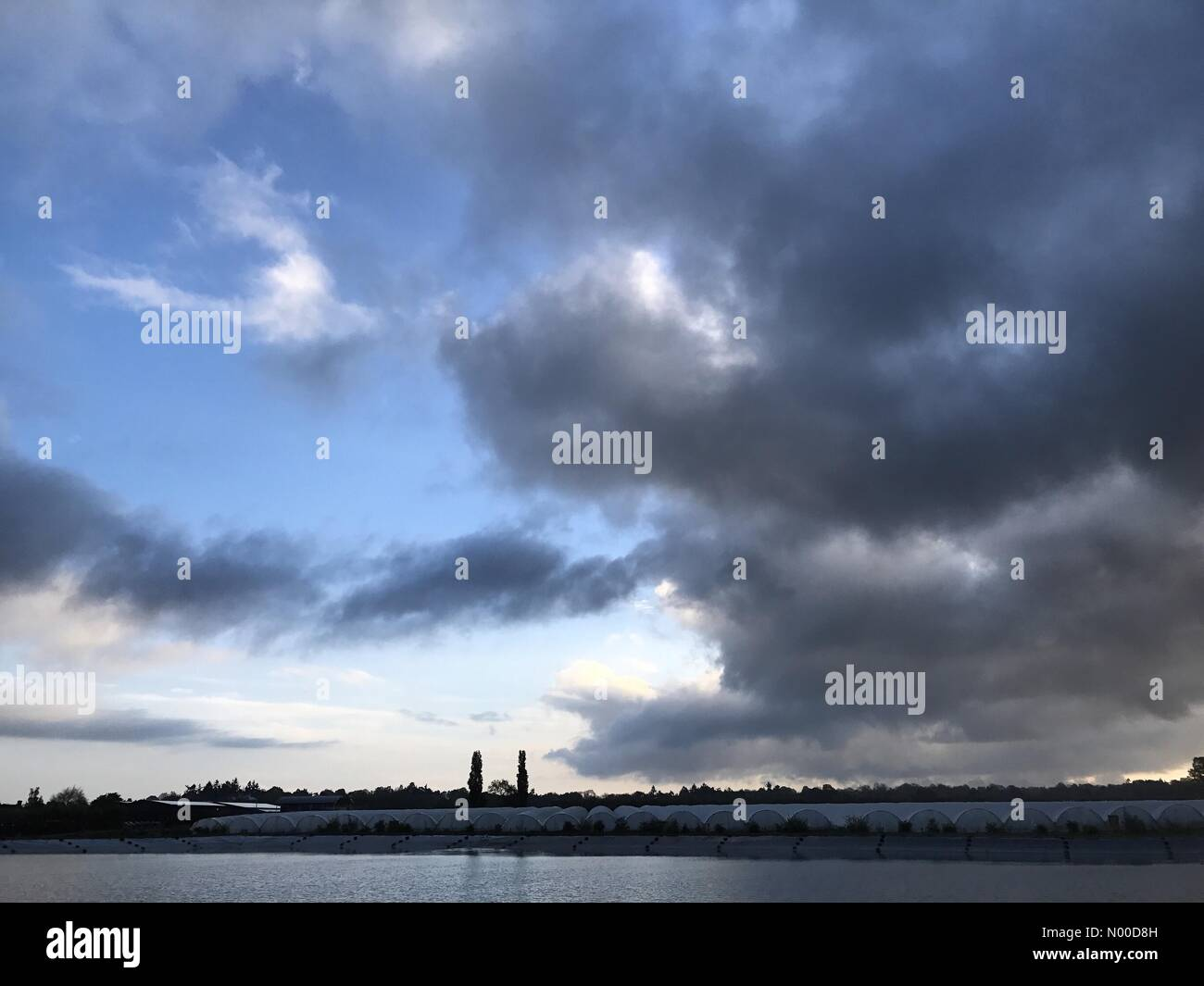 Tuesley Ln, Godalming, UK. 01st May, 2017. UK Weather: Sunrise over Godalming. Tuesley Ln, Godalming. 01st May 2017. - Stock Image