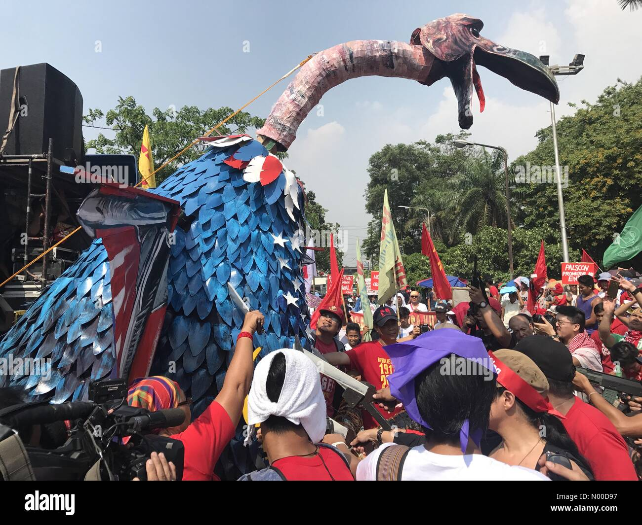Magallanes Dr, Ermita, Manila, Metro Manila, Philippines. 01st May, 2017. On Labor's Day, militants made an - Stock Image