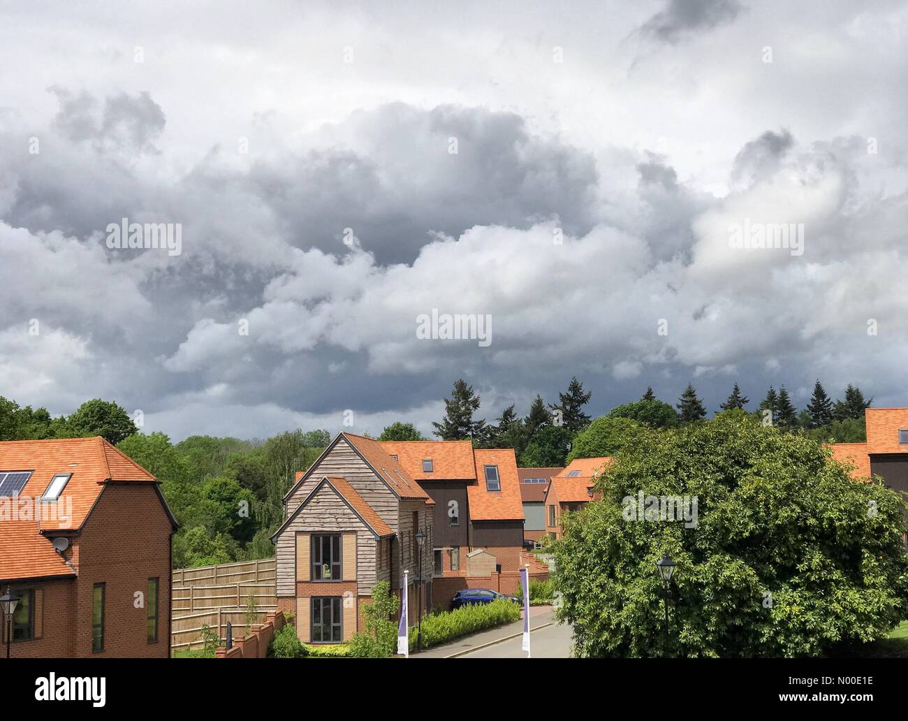 Sycamore Ave, Godalming, UK. 20th May, 2017. UK Weather: Storm clouds over Godalming. Tuesley Ln, Godalming. 20th - Stock Image