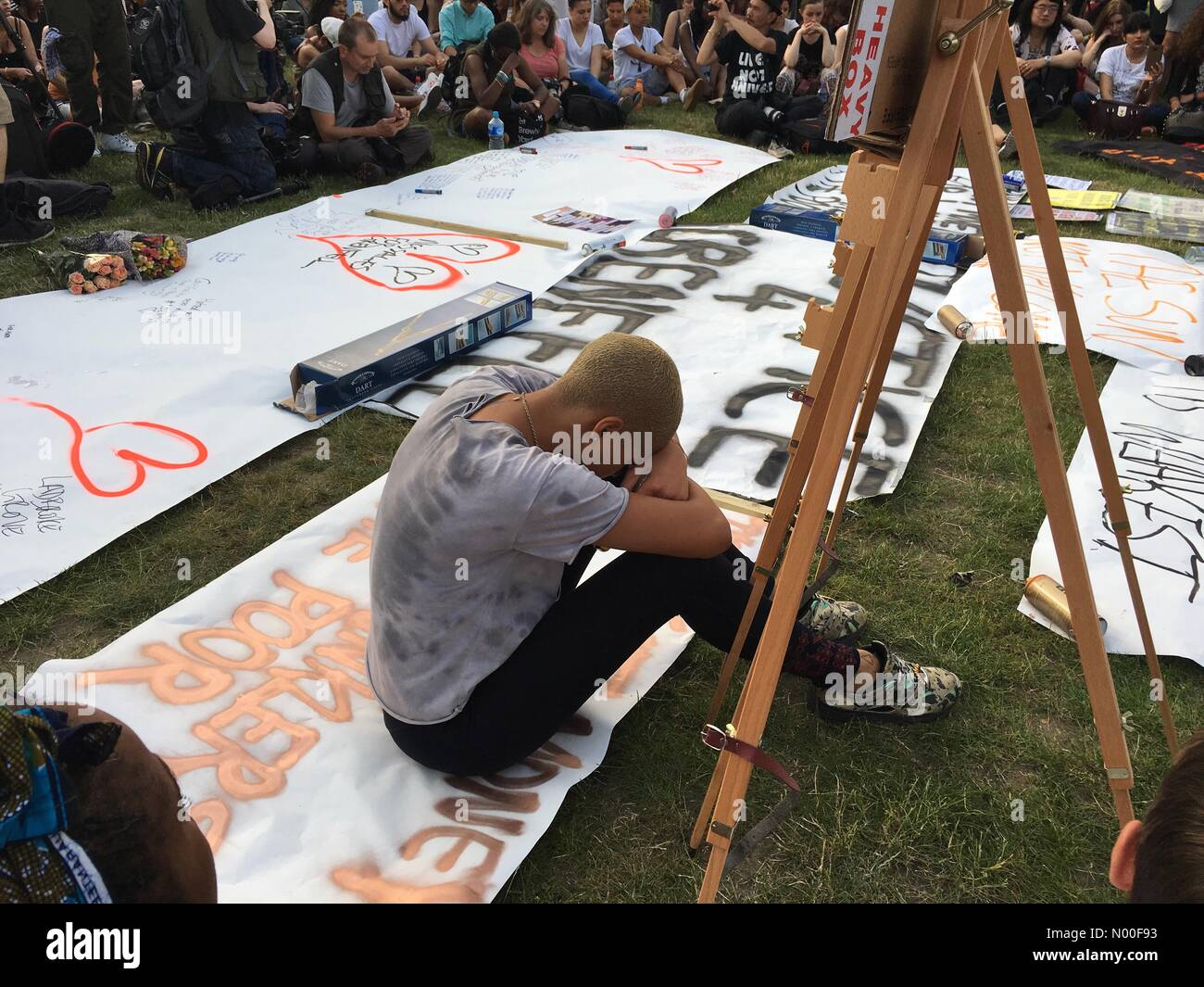 One minute silence at 8pm June 19 2017at Memorial for the residents of Grenfell Tower in Parliament Square - Stock Image