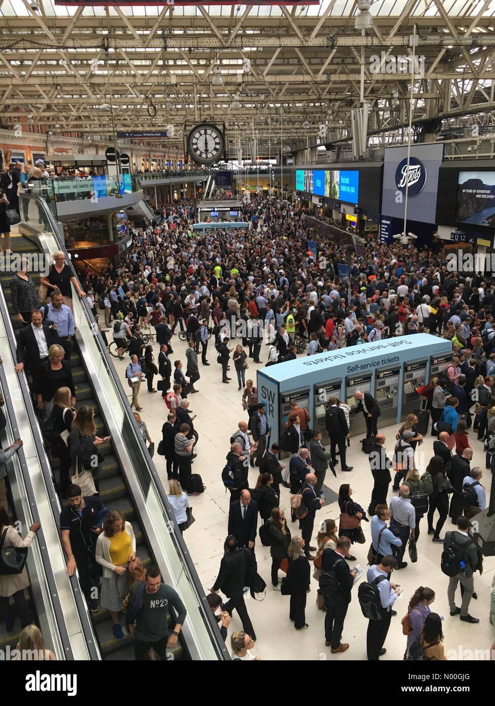 Lower Rd, London, UK. 04th Sep, 2017. Severe peak time crowding at London Waterloo due to multiple distributions - Stock Image