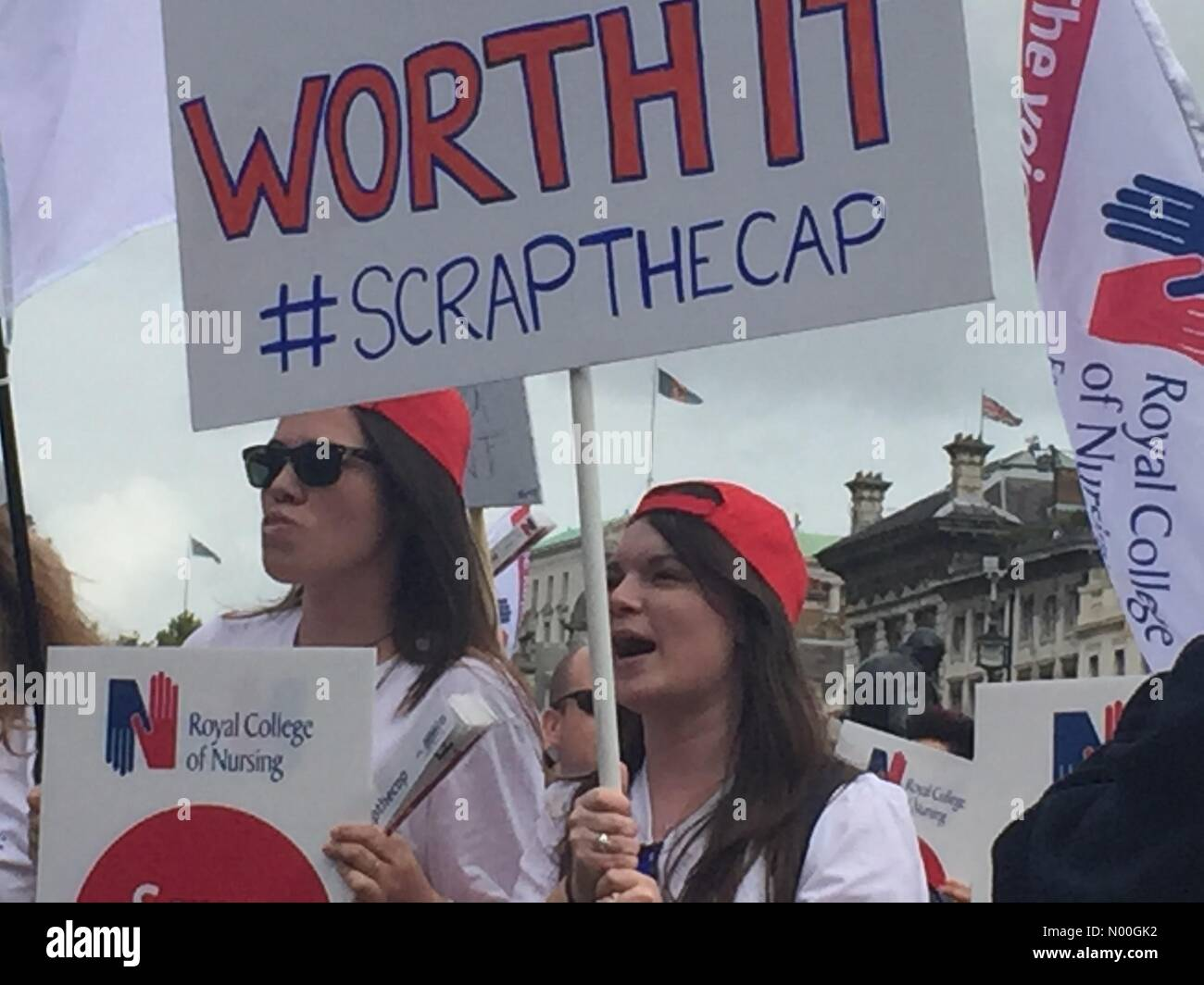 A302, London, UK. 06th Sep, 2017. Thousands of nurses, healthcare workers and members of the public gathered in - Stock Image
