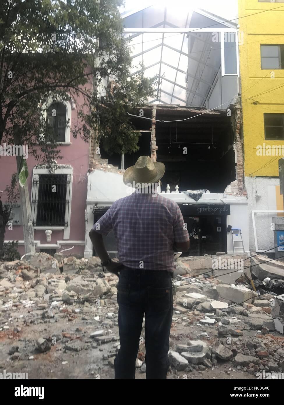 Colima 194-196, Roma Nte., Ciudad de México, Ciudad de México, Mexico. 19th Sep, 2017. A man watches the building Stock Photo