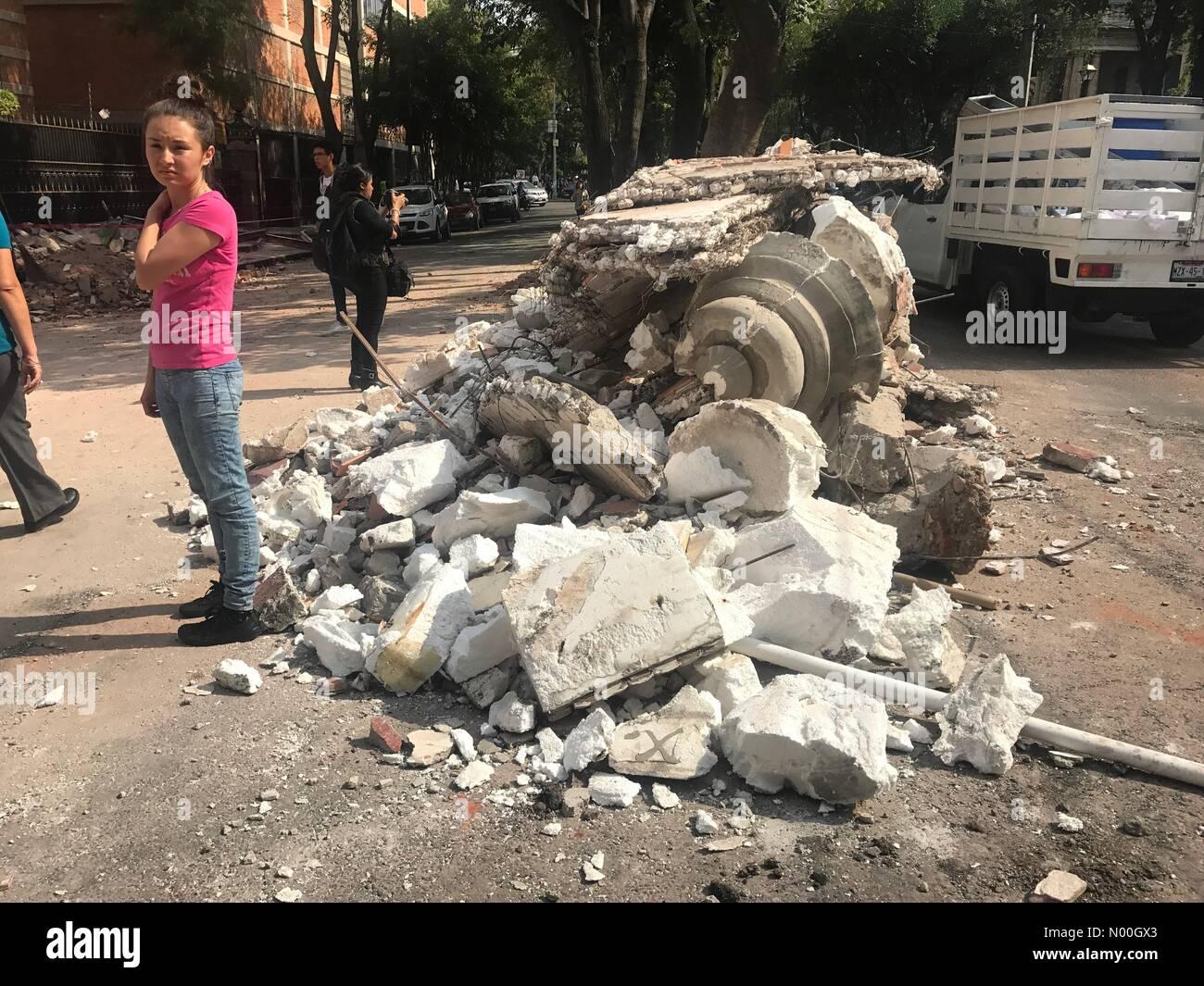 Orizaba 126, Roma Nte., Ciudad de México, Ciudad de México, Mexico. 19th Sep, 2017. A woman stands by fallen walls Stock Photo