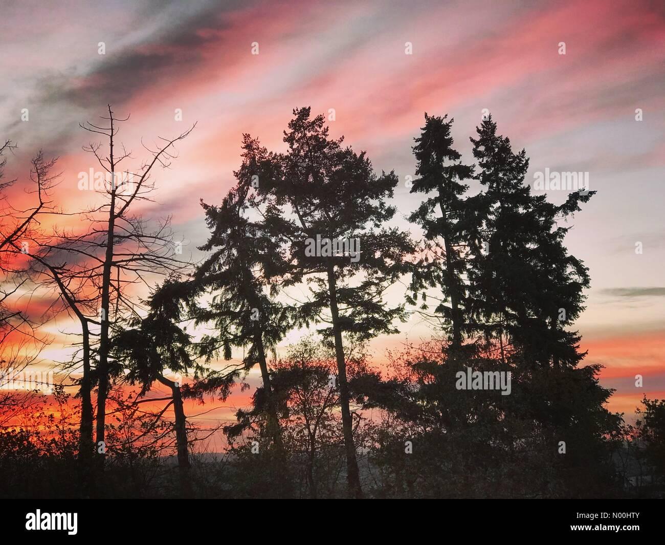 Godalming, UK. 17th Nov, 2017. UK Weather: Sunrise over Godalming. Tuesley Ln, Godalming. 17th November 2017. Clear - Stock Image