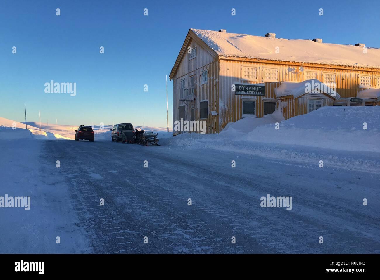 Rv7 100, Vøringsfoss, Norway. 06th Jan, 2018. Sun going down on Dyranut mountain lodge, on road 7 crossing Hardangervidda Stock Photo