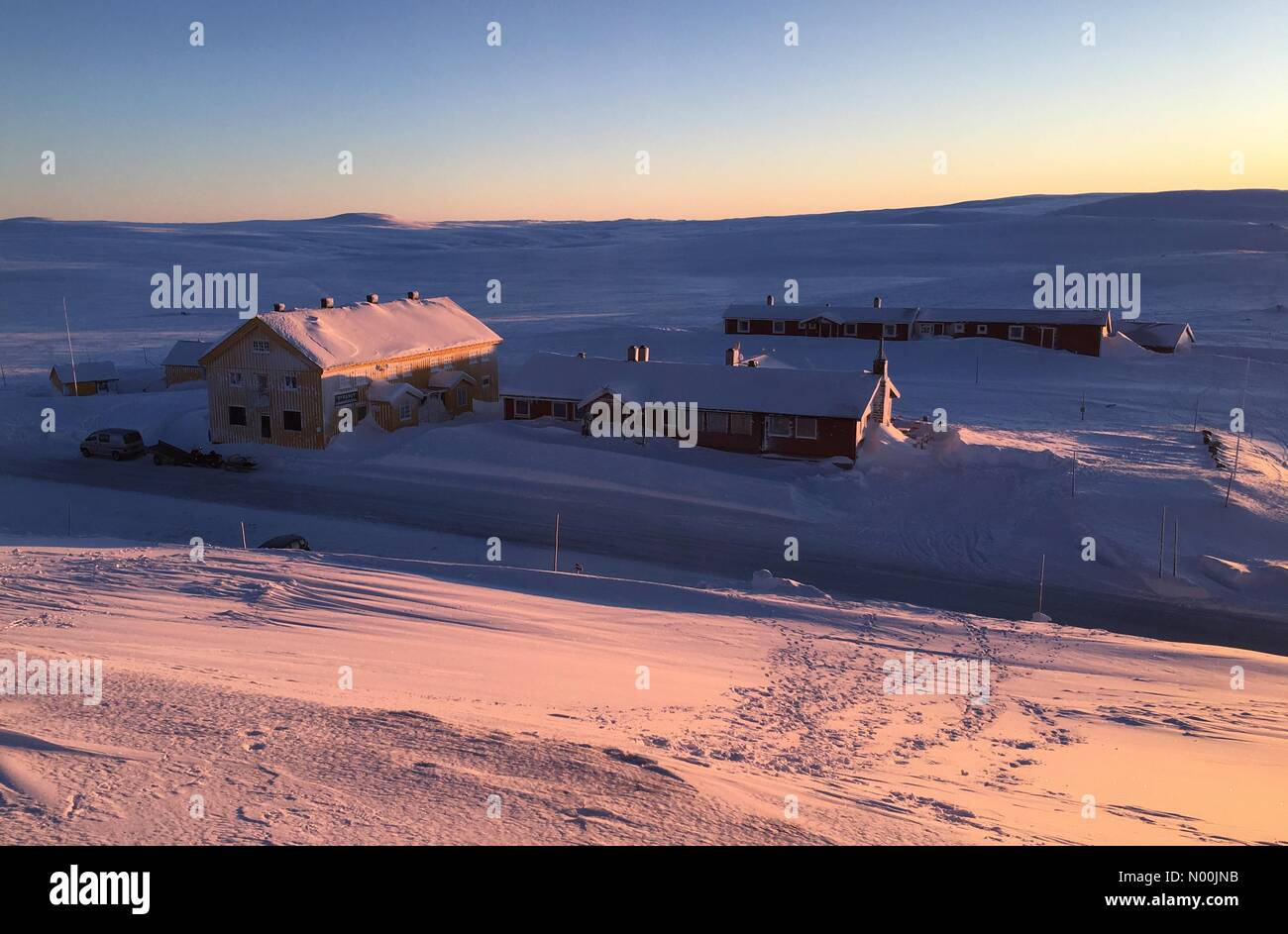 Sun going down on Dyranut mountain lodge, on road 7 crossing Hardangervidda on a very cold day with temp. falling Stock Photo