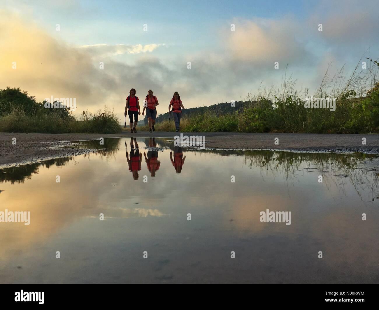37, Azofra, La Rioja, Spain. 30th June, 2018. Mirror hiking at sunset in Azofra, Spain. Credit: Pierangelo Orizio/StockimoNews/Alamy Live News - Stock Image