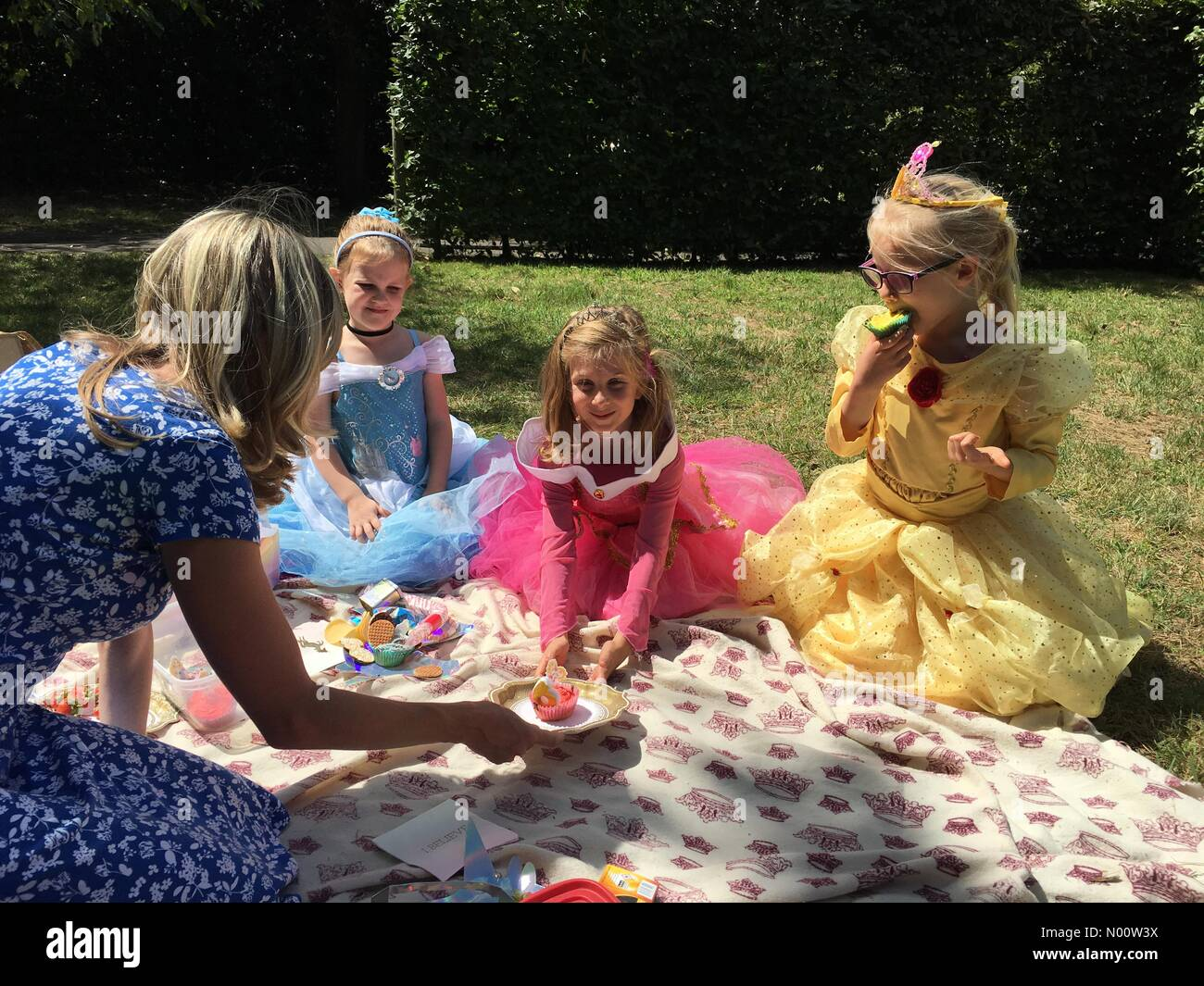 Hampton Court, Greater London, England UK 28th July 2018 Cecily (in pink) from London turns six years old today at the gardens of Hampton Court Palace. (written parental permission granted) Stock Photo