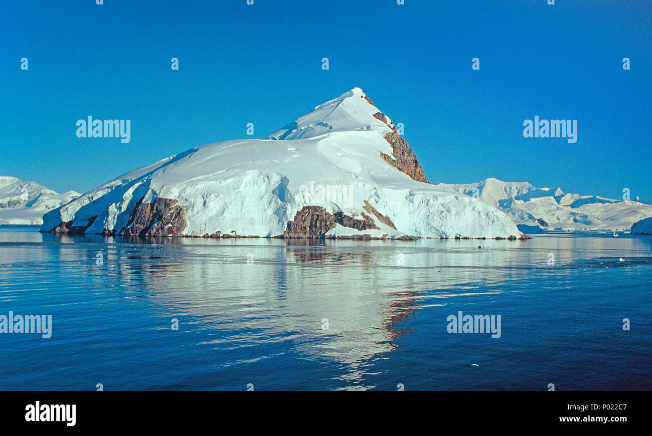 Schneebedeckte Berge in der Paradise Bay, Antarktische Halbinsel, Antarktis   Snow covered mountains at Paradise Bay, Antarctica peninsula, Antarctica - Stock Image