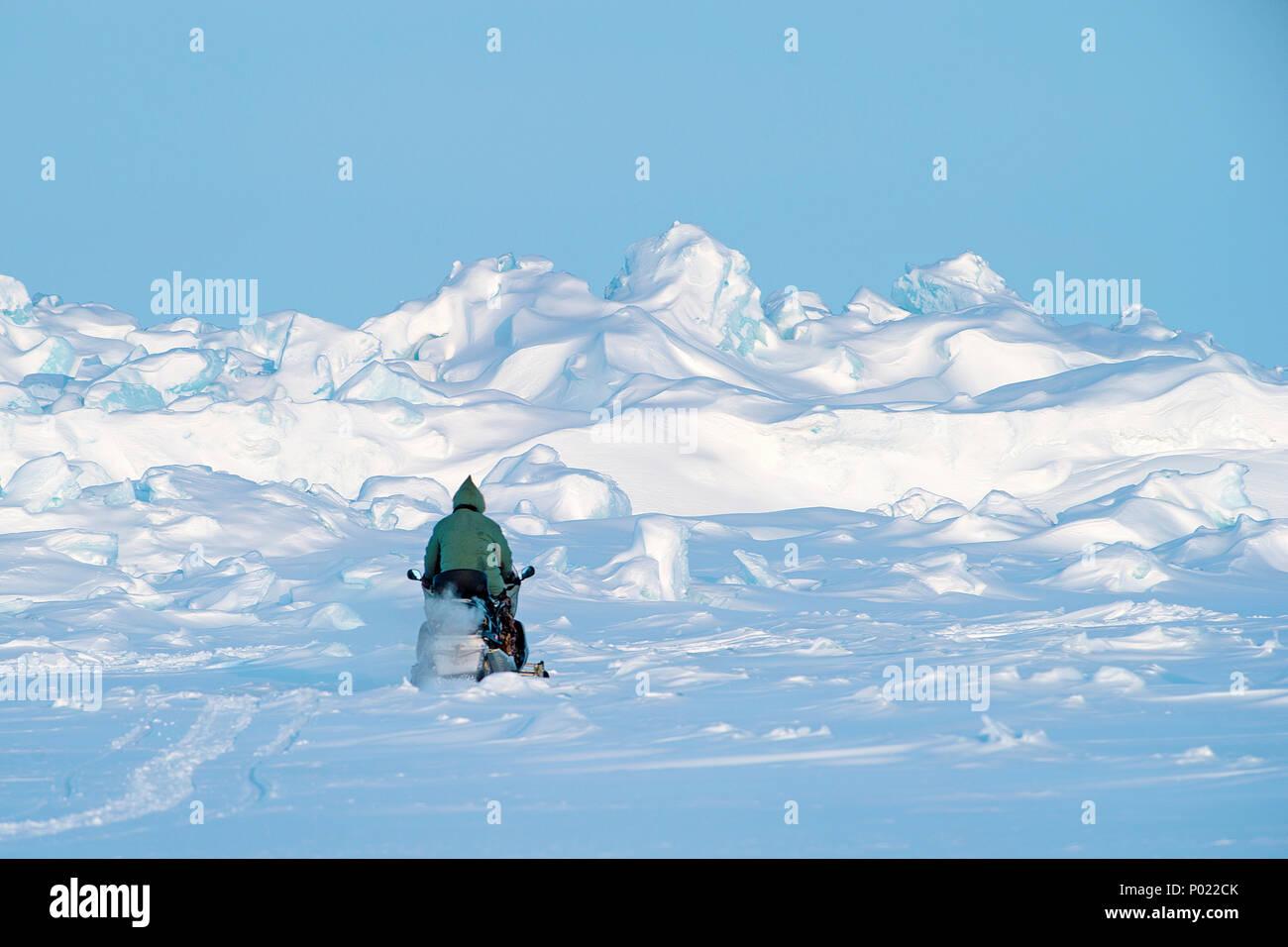 Inuit auf Schneemobil im Nunavut Territorium, Kanada | Inuit on snowmobil at Nunavut teritorry, Canada - Stock Image