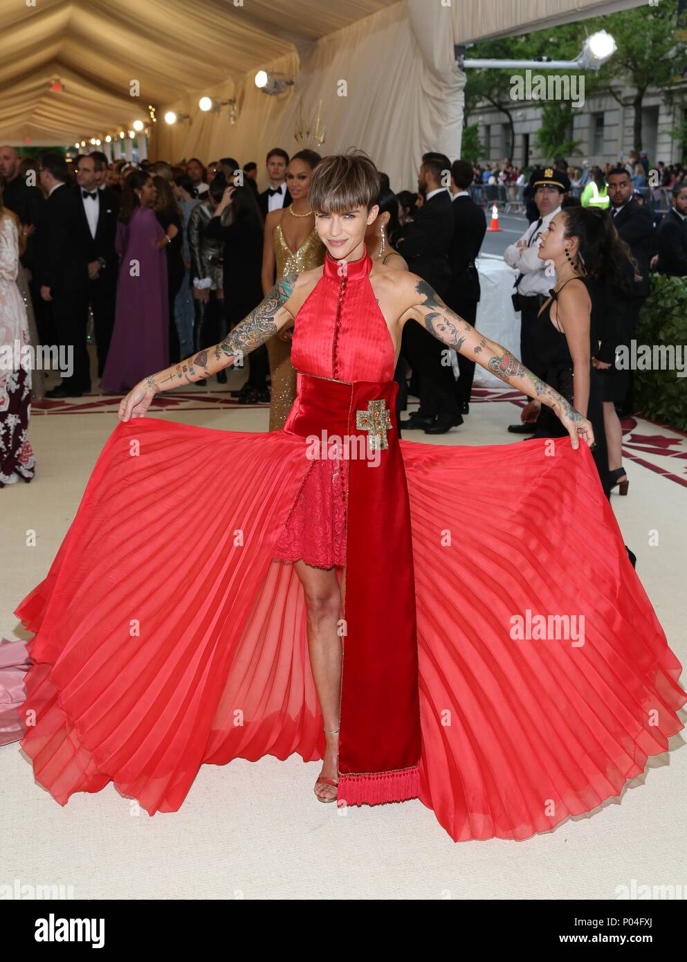 The 2018 Costume Institute S Met Gala Benefit Heavenly Bodies Fashion And The Catholic Imagination Red Carpet