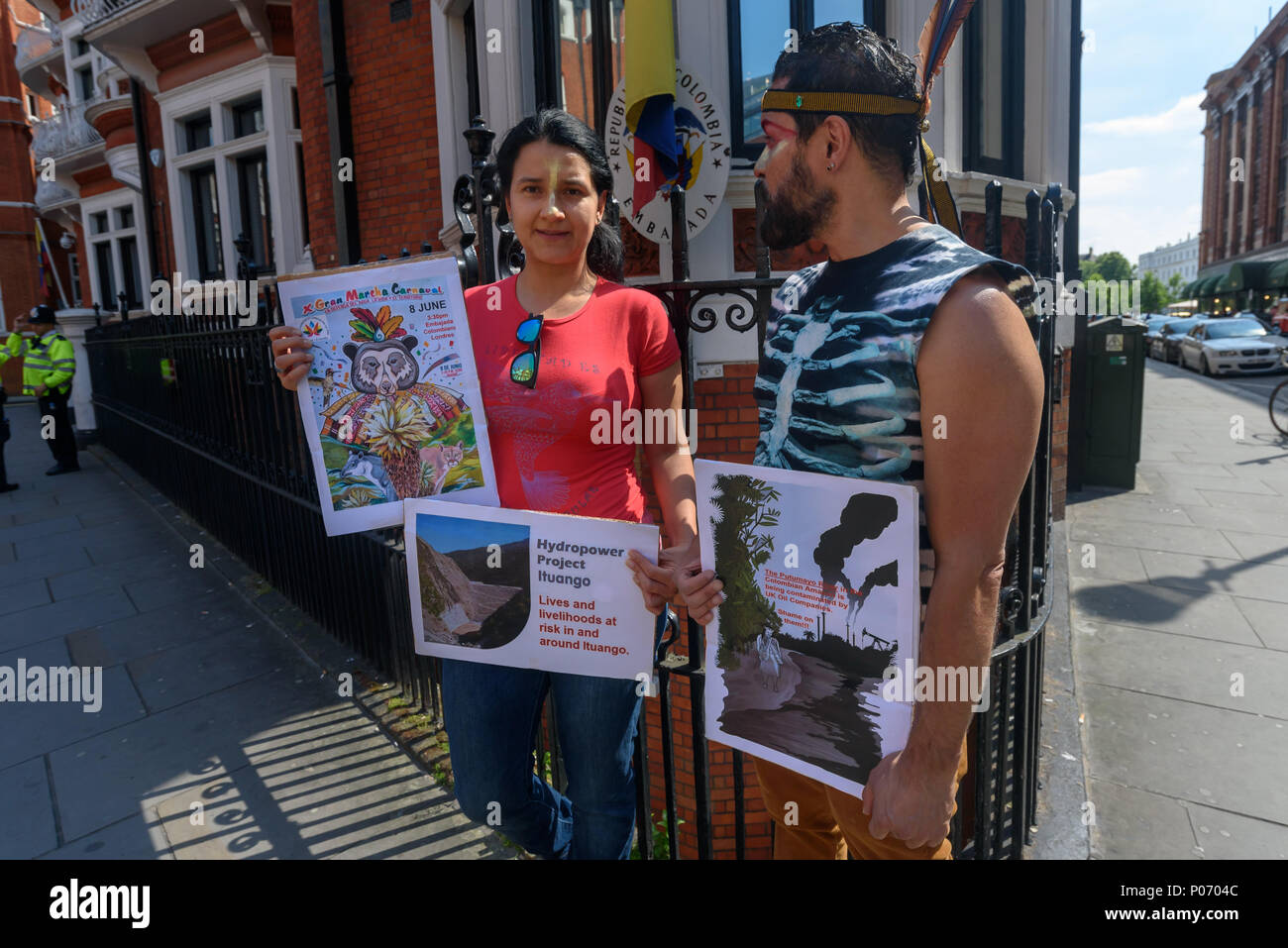 London, UK. 8th June 2018. A picket opposite the Colombian embassy supports today's Gran Marcha Carnival in cities throughout Colombia demanding their government respects the rights of local communities against the interests of mining companies. Local residents voted against AngloGold Ashranti's huge La Colosa gold mine because of the extensive environmental damage it would cause. g the Hydroituango dam. Oil extraction in Putamayo is causing excessive pollution and logging is de Credit: Peter Marshall/Alamy Live News - Stock Image