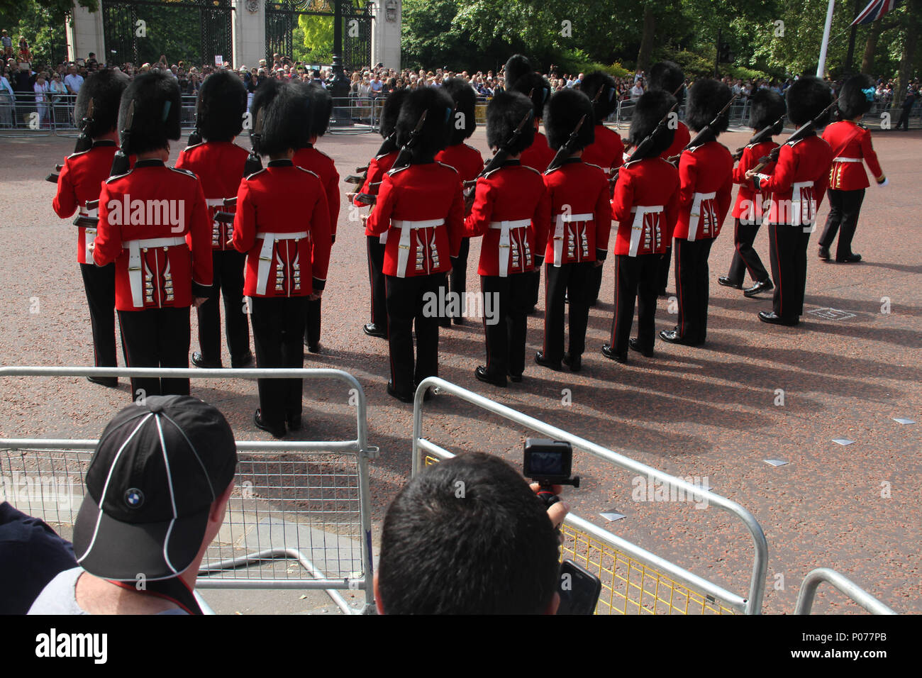 London, UK 9 June 2018: Hundreds of Guardsmen march along the Mall to the Horse Guards Parade Ground as they make their way to the Horse Guards Parade Ground on 9 June 2018. Over 1400 parading soldiers, 200 horses and 400 musicians come together each June in a great display of military precision, horsemanship and fanfare to mark The Queen's official birthday. Credit: David Mbiyu - Stock Image