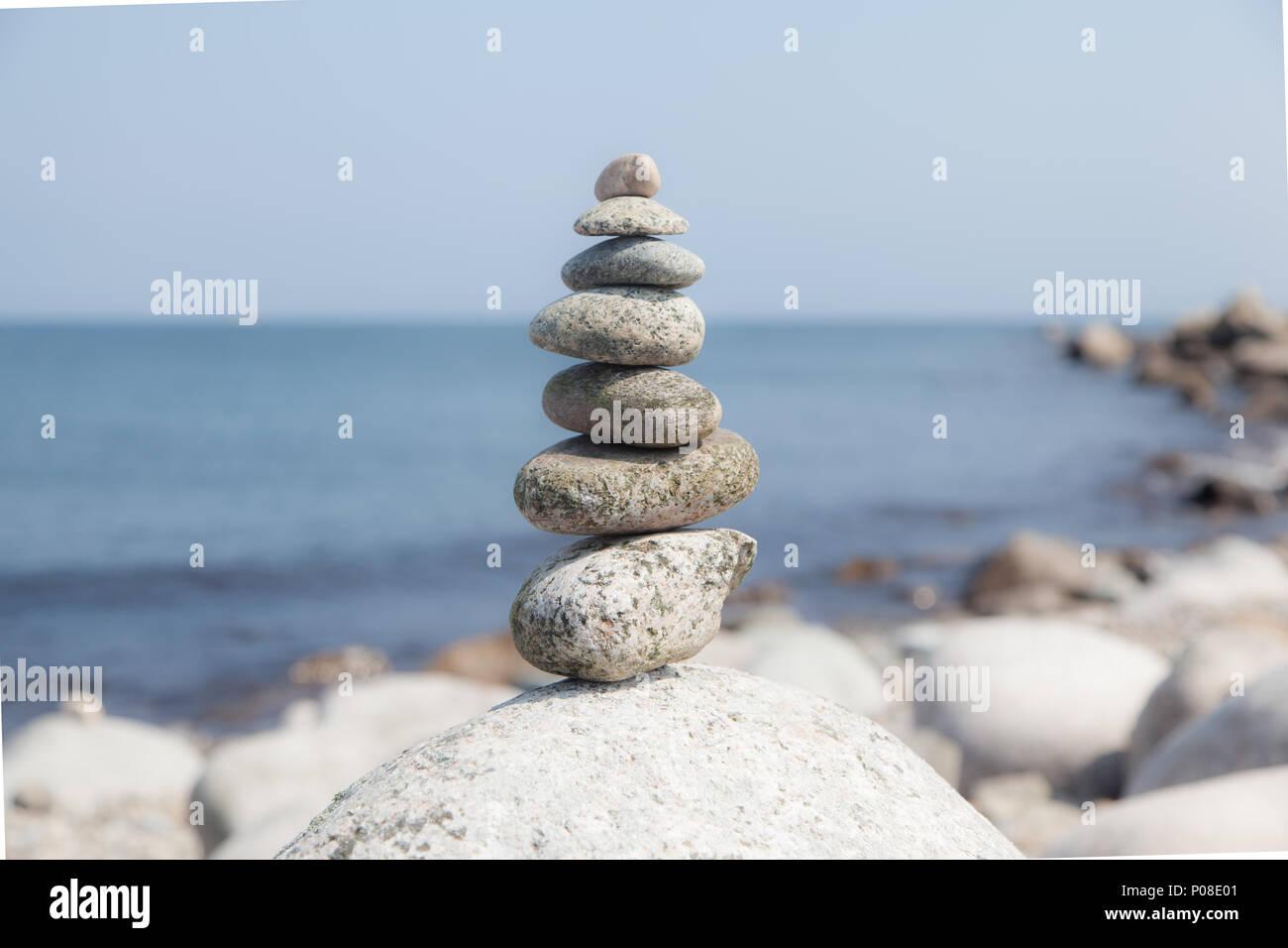Steinskulptur am Meer - Stock Image