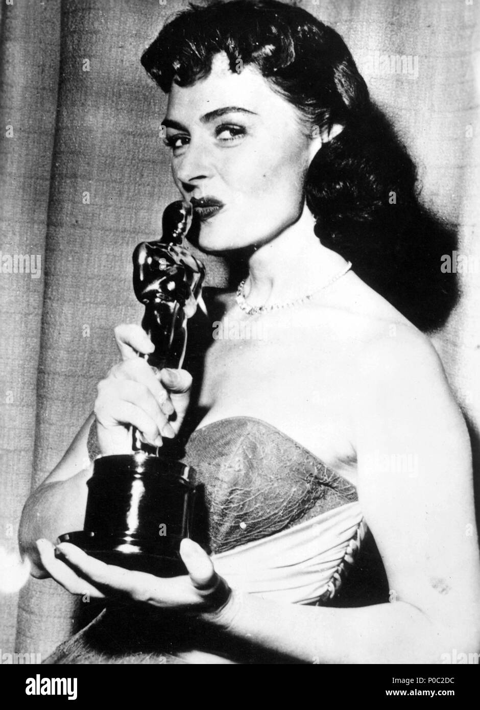 "Description: 26th Academy Awards (1954). Donna Reed, best actress in a supporting role for ""From Here to Eternety""..  Year: 1954.  Stars: DONNA REED. Stock Photo"