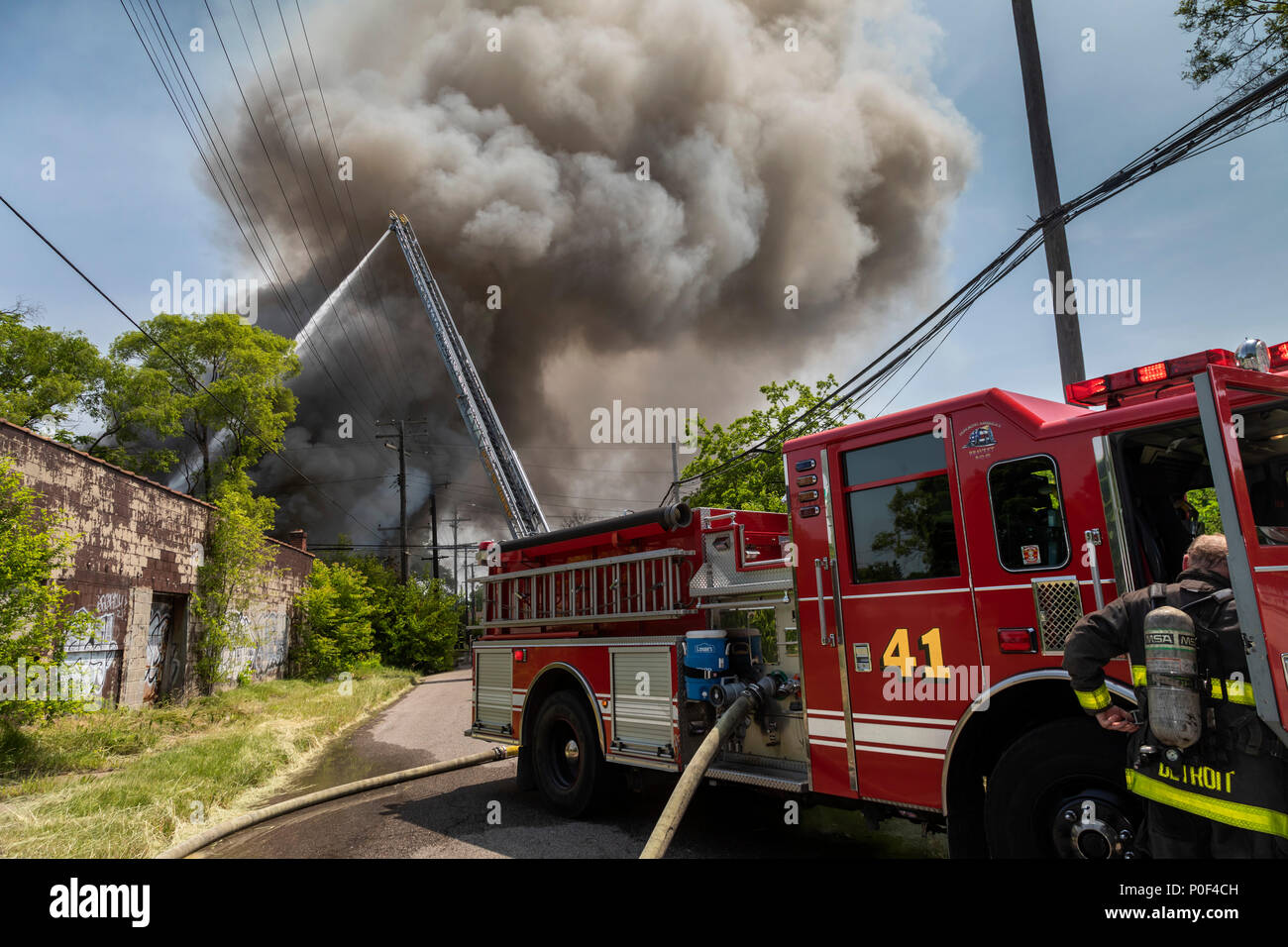 Detroit, Michigan - Firefighters at a building fire on Detroit's east side. - Stock Image