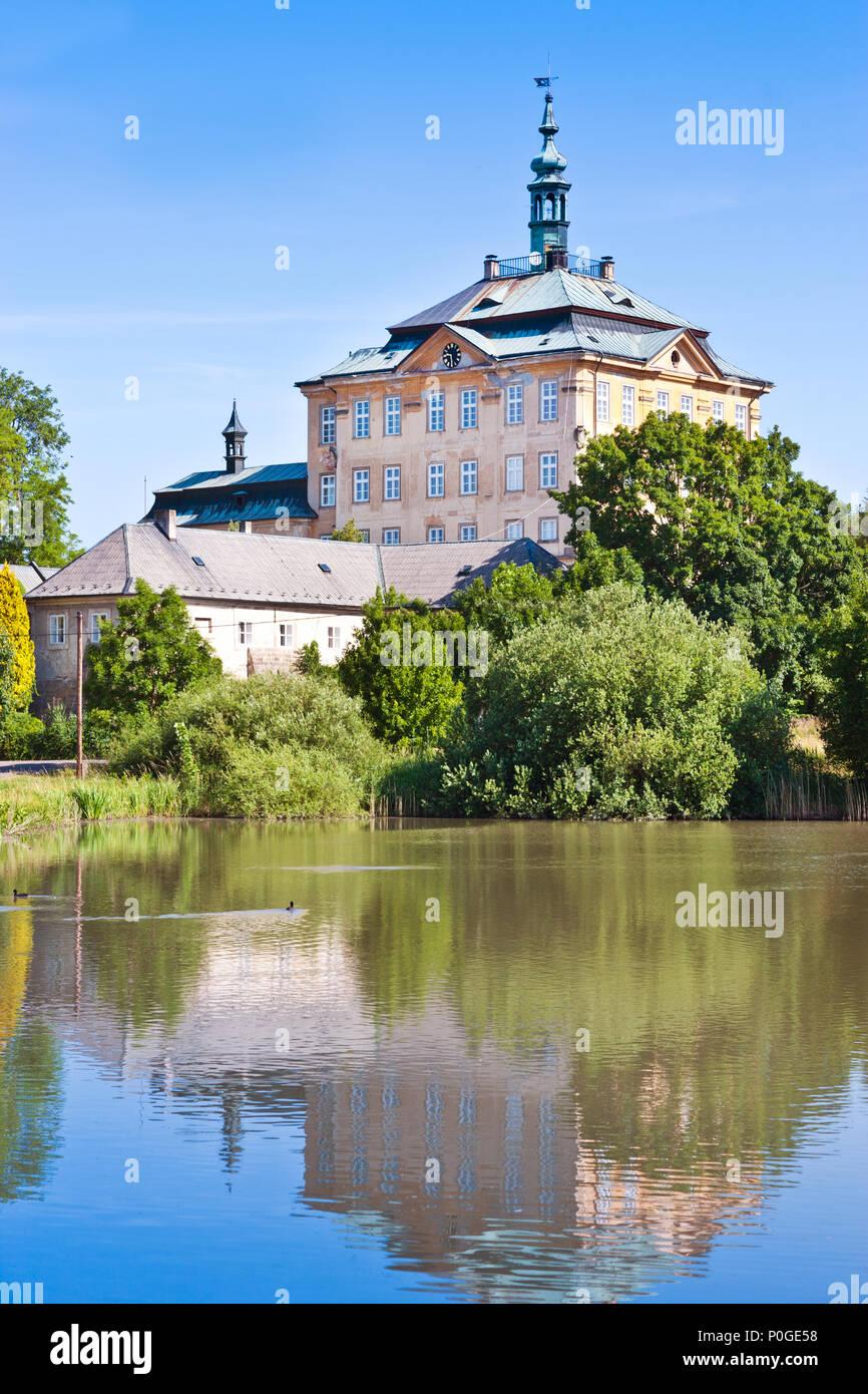 zámek Jičíněves, Zámecký rybník, Královéhradecký kraj, Česká republika / Jicineves castle, Hradec Kralove region, Czech republic Stock Photo